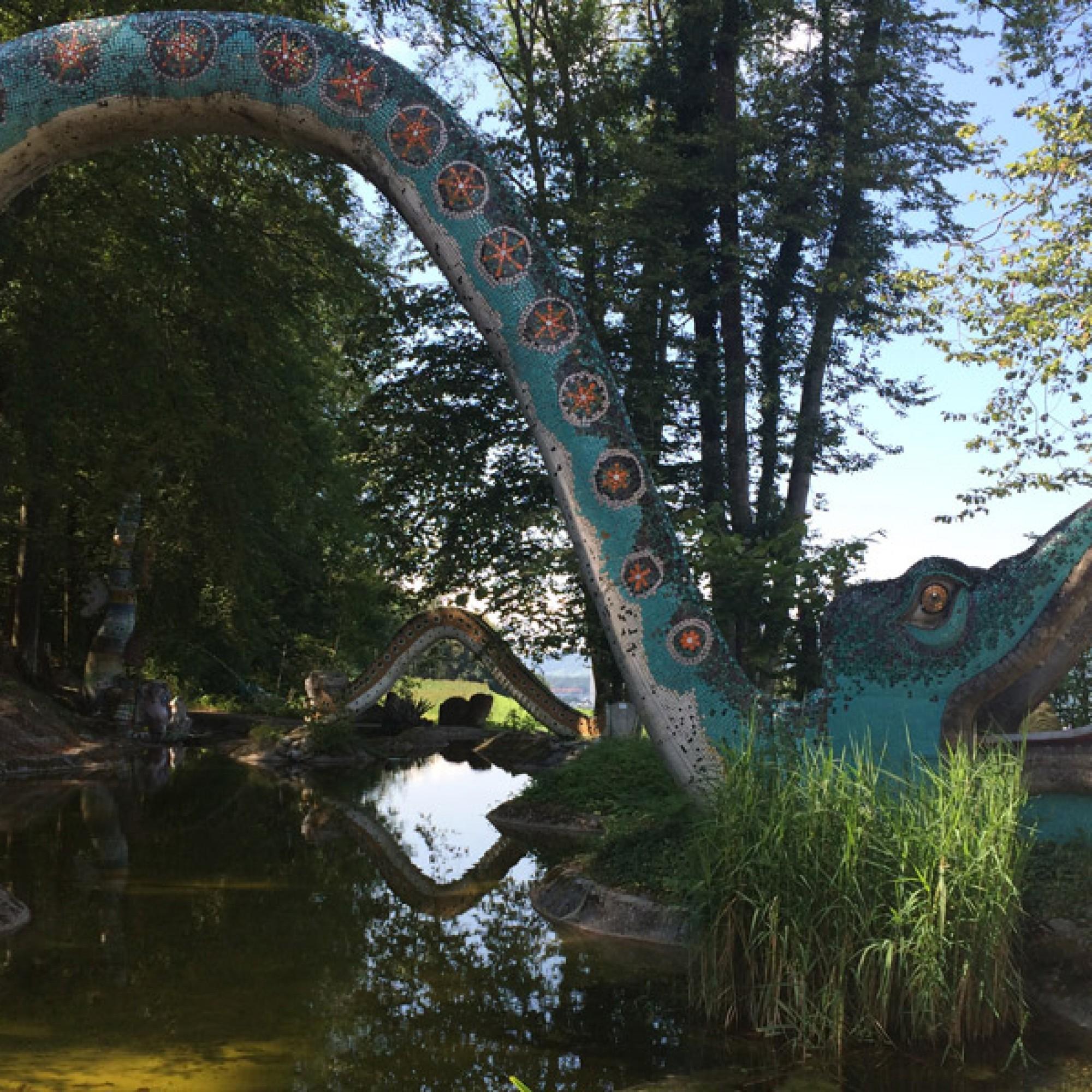Erinnert an einen riesigen Glücksdrachen: Brücke im Bruno-Weber-Park. (SIlva Maier)