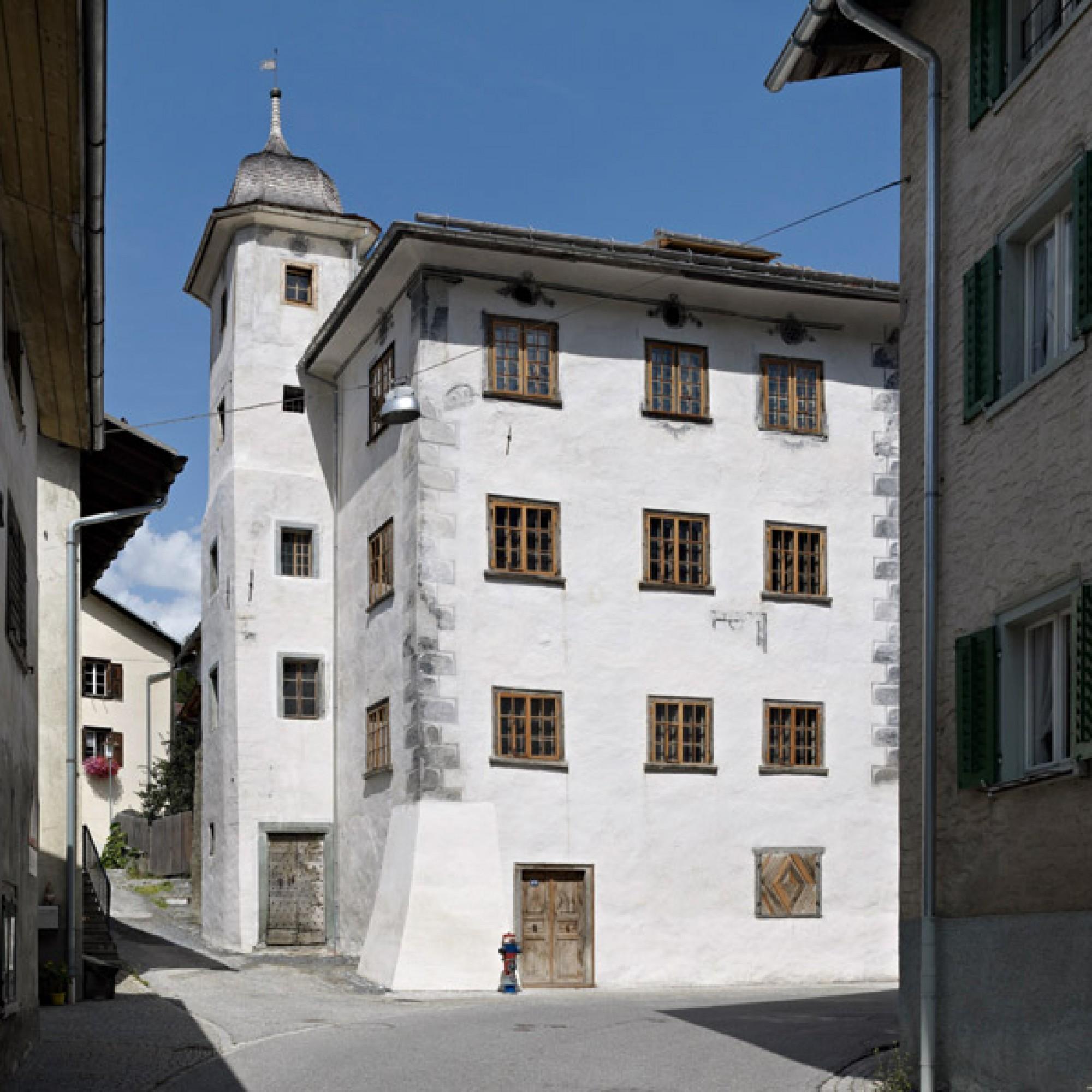 Mit seinem Treppenturm erinnert das Türalihus an eine Burg. (Ferien im Baudenkmal)