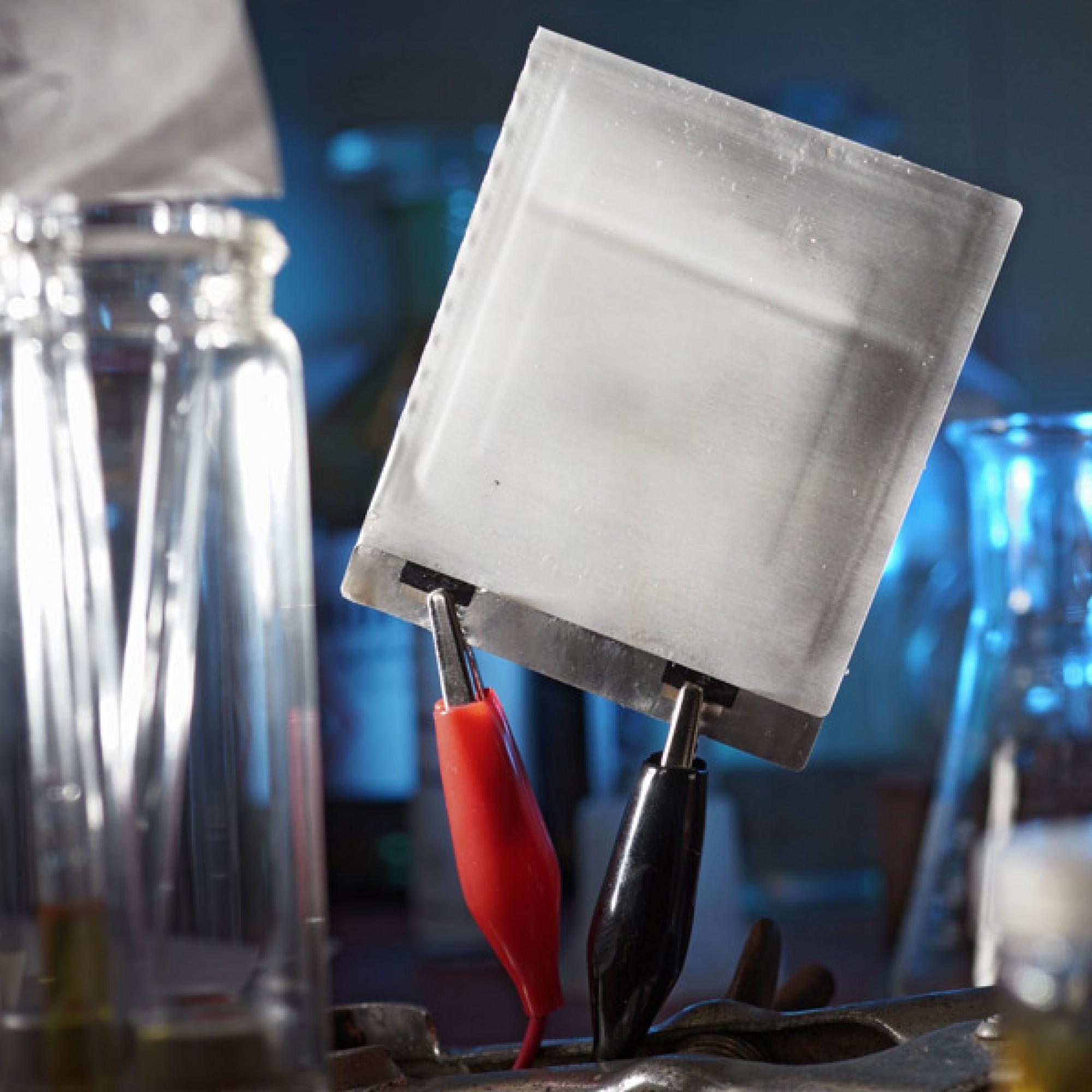 """Prototyp einer ultradünnen und extrem flexiblen Folien-Batterie. Energiespeicher auf der Basis von Polymeren stehen im Fokus der internationalen Konferenz """"Polymers and Energy"""" an der Uni Jena. (Jan-Peter Kasper/FSU)"""
