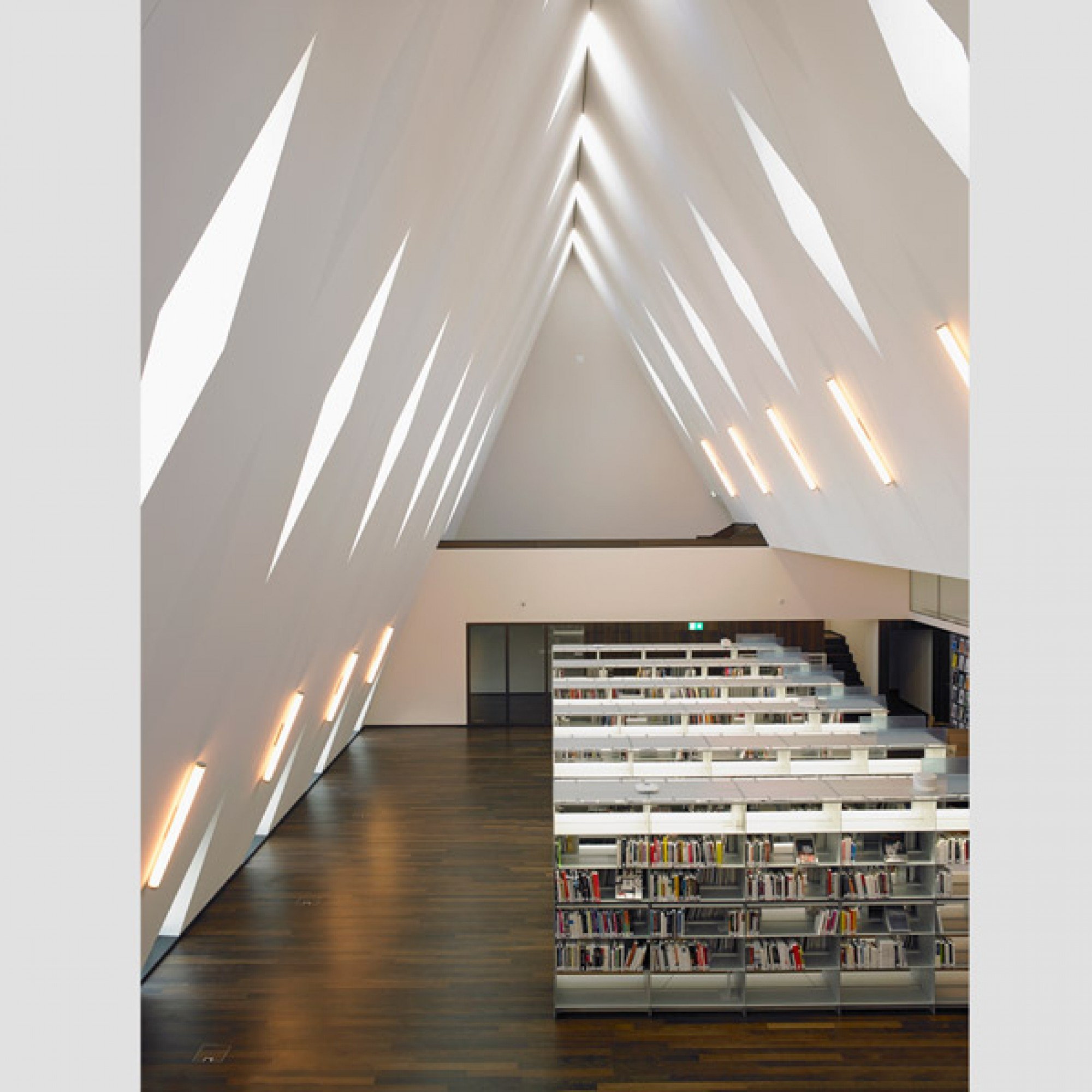 Im Giebel ist eine Bibliothek untergebracht...
