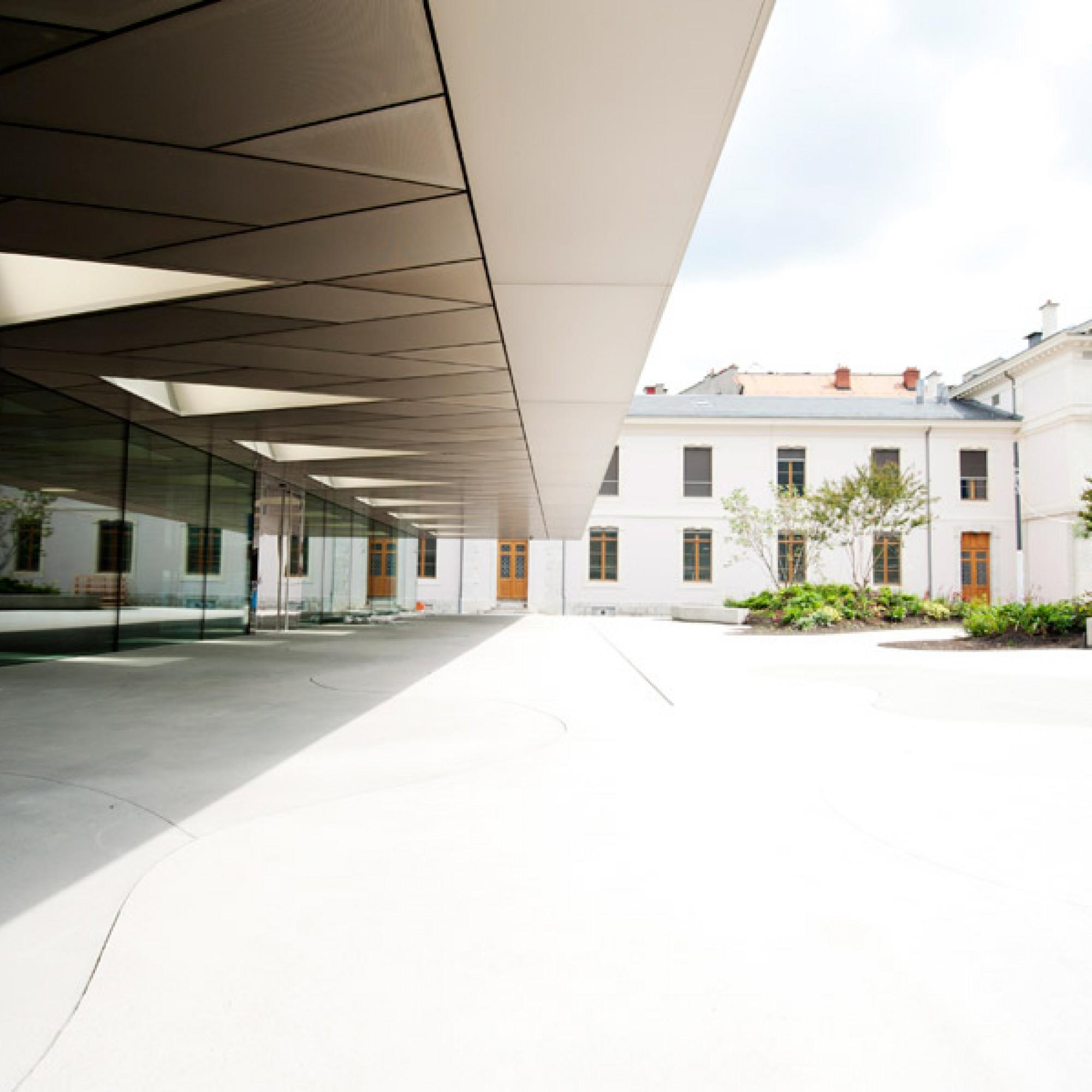 Der Neubau kontrastiert mit den umliegenden Bauten.