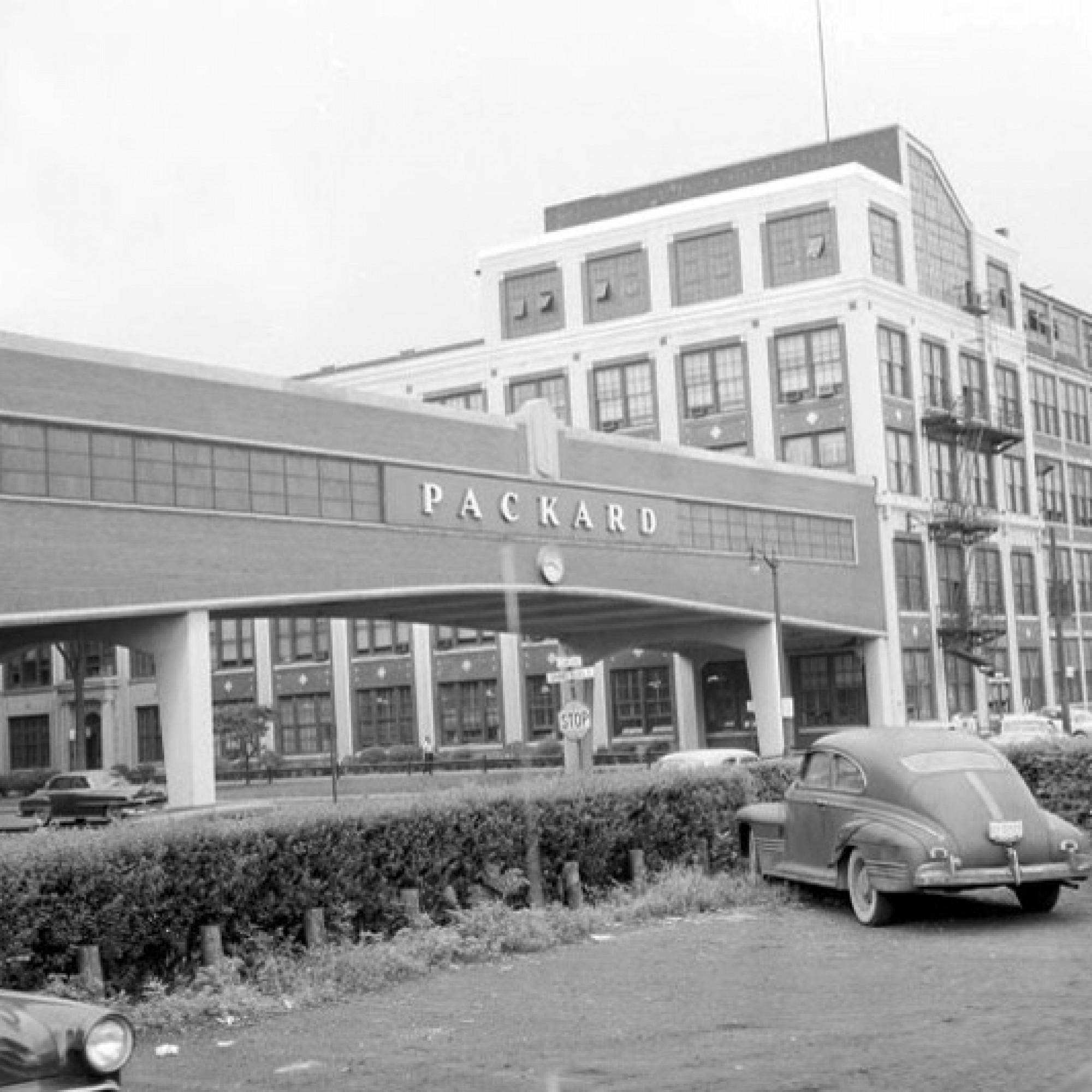 Glanz vor dem baldigen der Blütezeit der Fabrik: Das Hauptgebäude um 1954. (Hugo90, flickr, CC)