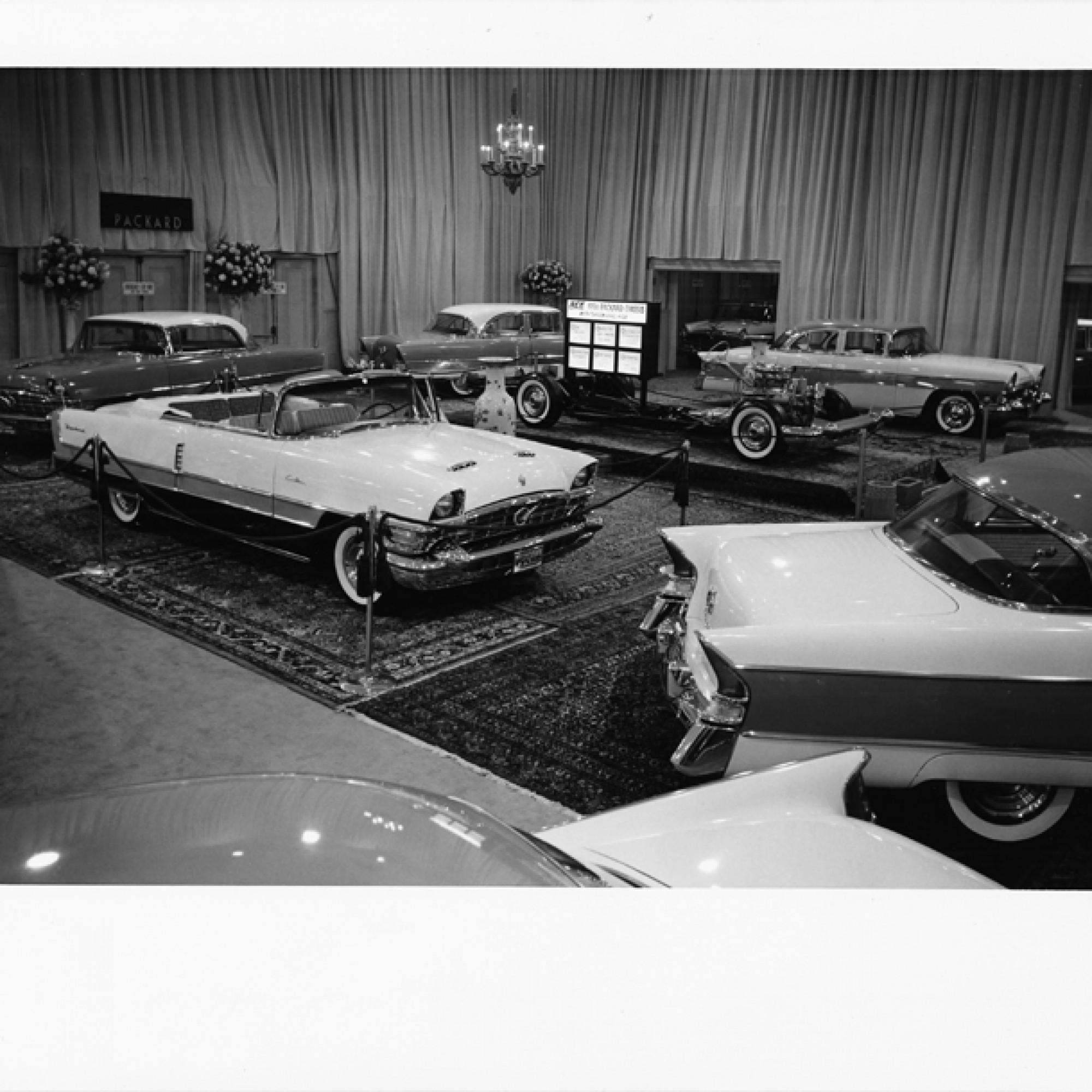 Kronleuchter und dicke Teppiche im Showroom der Fabrik, um 1954. (Hugo90, flickr, CC)