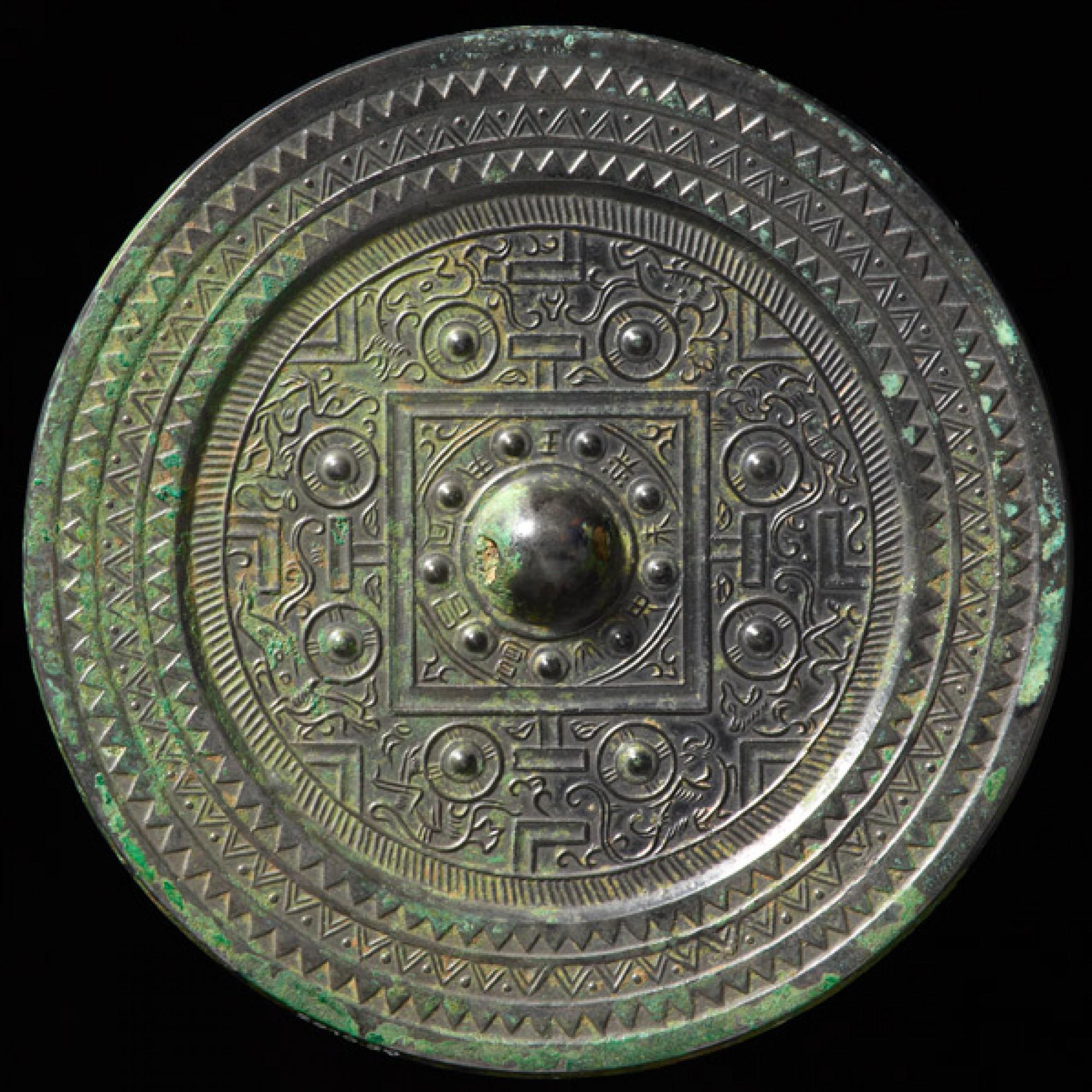Spiegel mit kosmologischem Dekor China, frühe Östliche Han-Dynastie, 1. Jh. n. Chr. Bronze; Durchmesser 14,4 Centimenter. (Rainer Wolfensberger / Museum Rietberg)