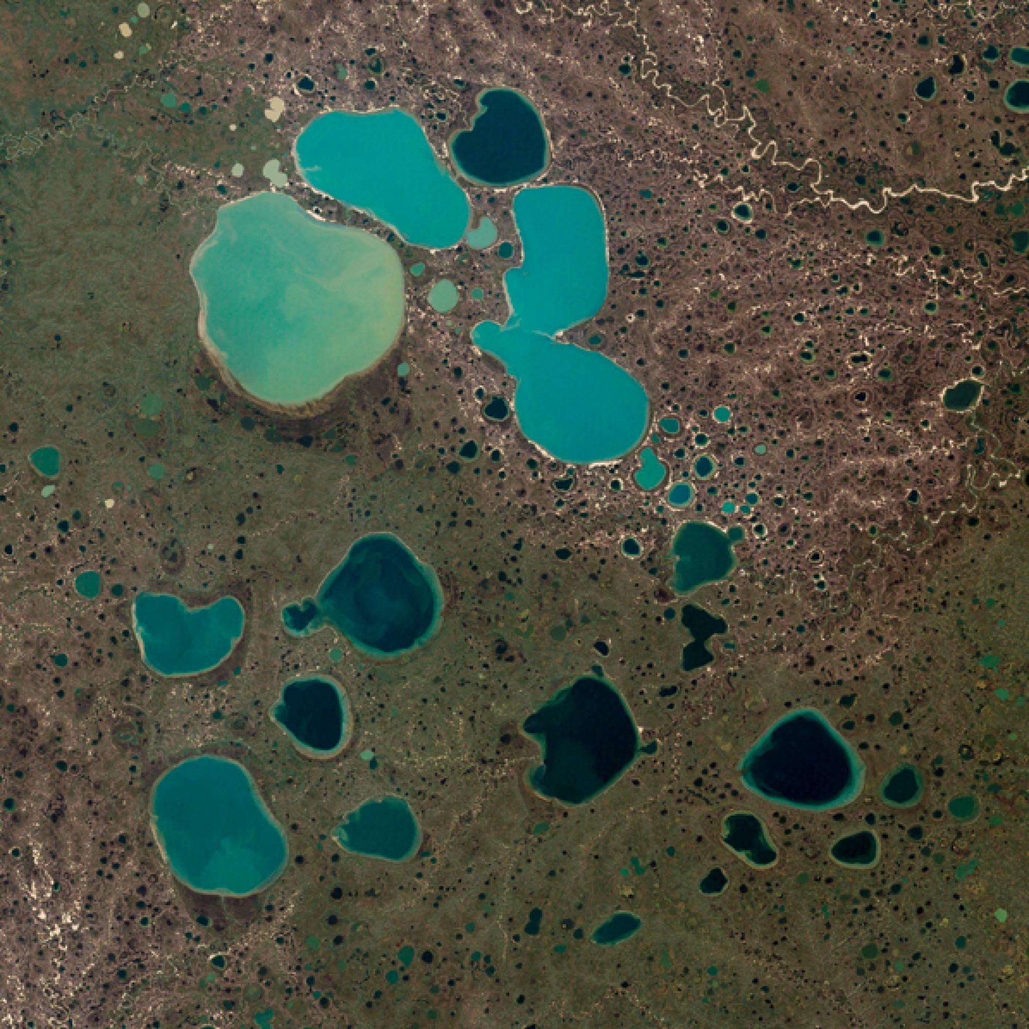 Toteisseen in der arktischen Tundra Sibiriens. (Nasa)
