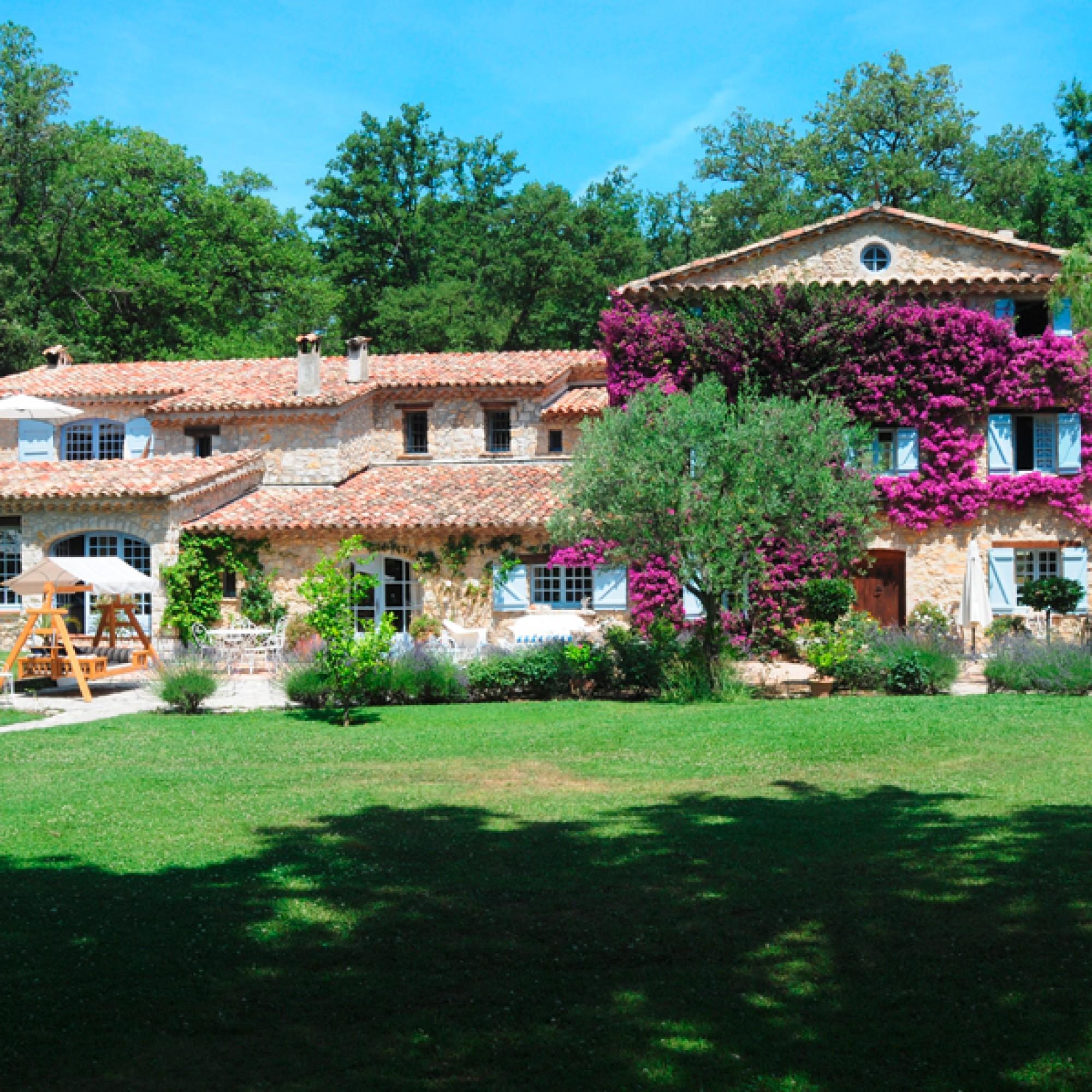 """""""Les Pirettes"""" ist von einem üppigen Garten umgeben.  (TopTenRealEstate Deals.com)"""