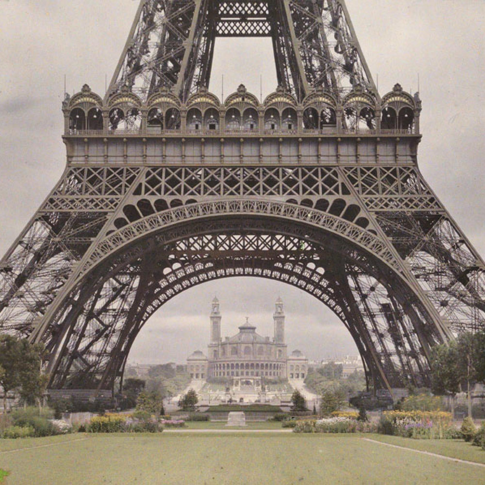 Auguste Léon, Paris: Eiffelturm mit Durchblick auf Le Trocadéro 9. Juli 1914.  (Musée Albert-Kahn, Département des Hauts-de-Seine)