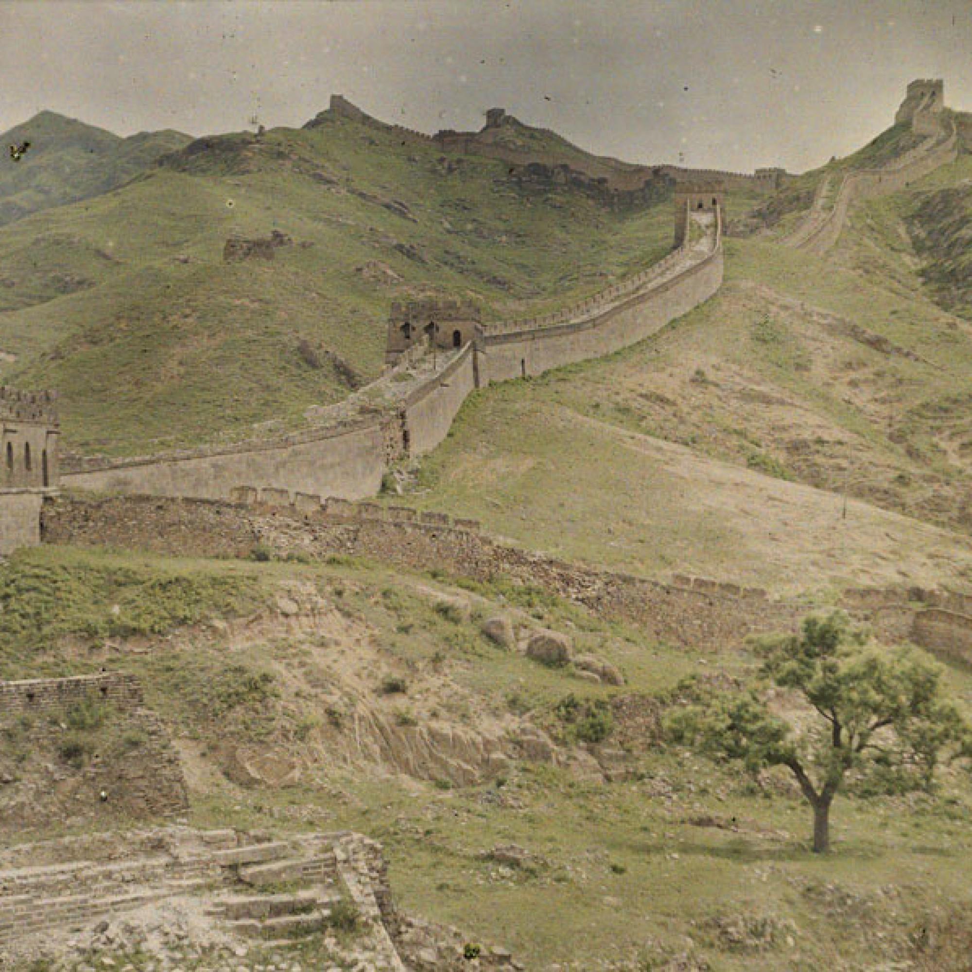 Stéphane Passet, China, Badaling, Osttor des nördlichen Teils der Grossen Mauer mit Signaltürmen, 19. Juli 1912. (Musée Albert-Kahn, Département des Hauts-de-Seine)