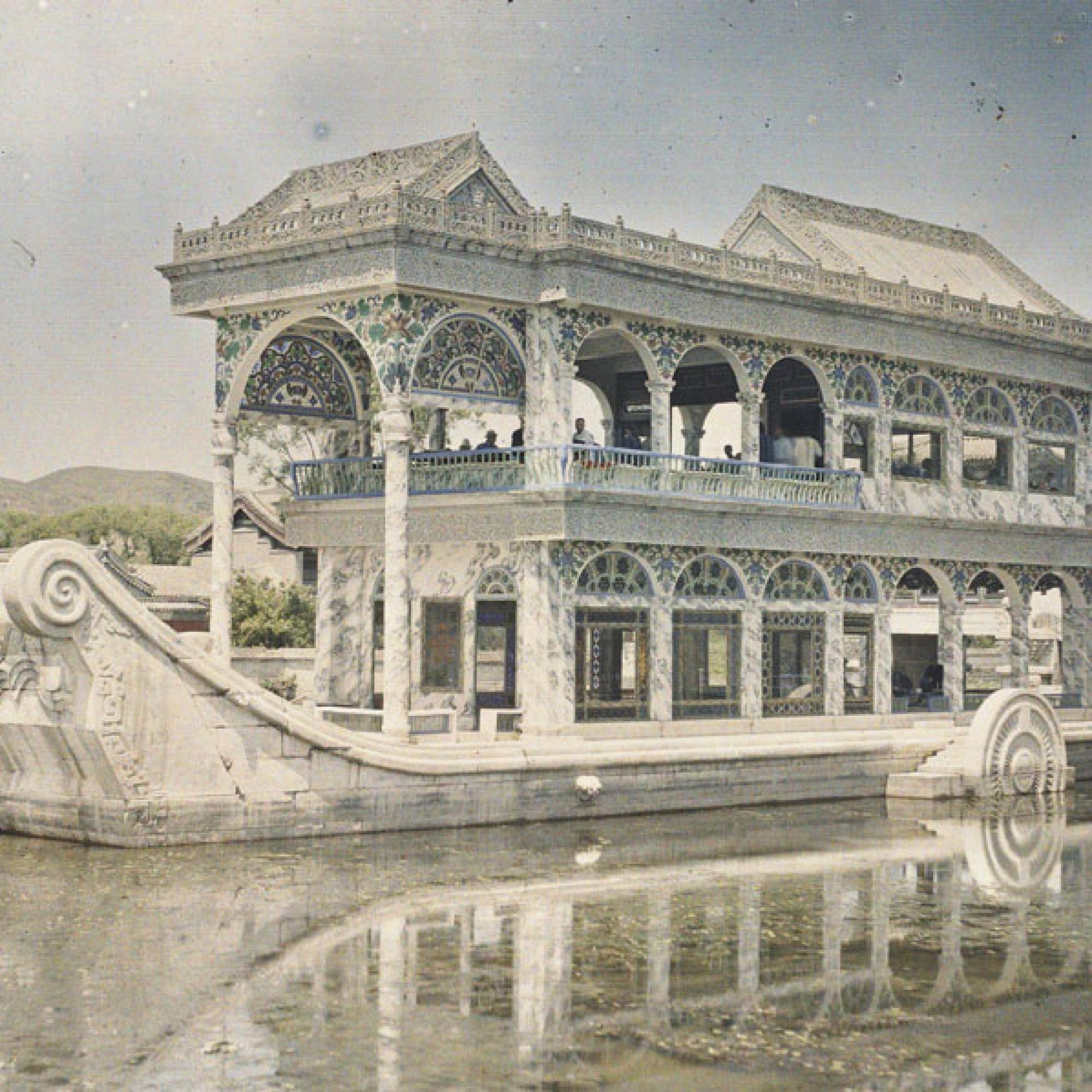 Stéphane Passet, China, Peking, Yiheyuan, Garten der Harmonie, Marmornes Schiff Quinyanfang (Schiff der Heiterkeit), 29. Juni 1912.  (Musée Albert-Kahn, Département des Hauts-de-Seine)
