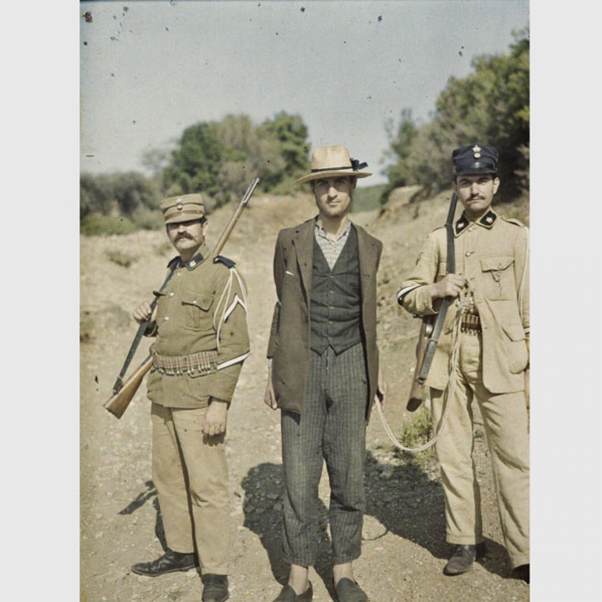 Stéphane Passet, Griechenland, am Berg Athos, Zwei Soldaten mit Gefangenem,10. September 1913.  (Musée Albert-Kahn, Département des Hauts-de-Seine)