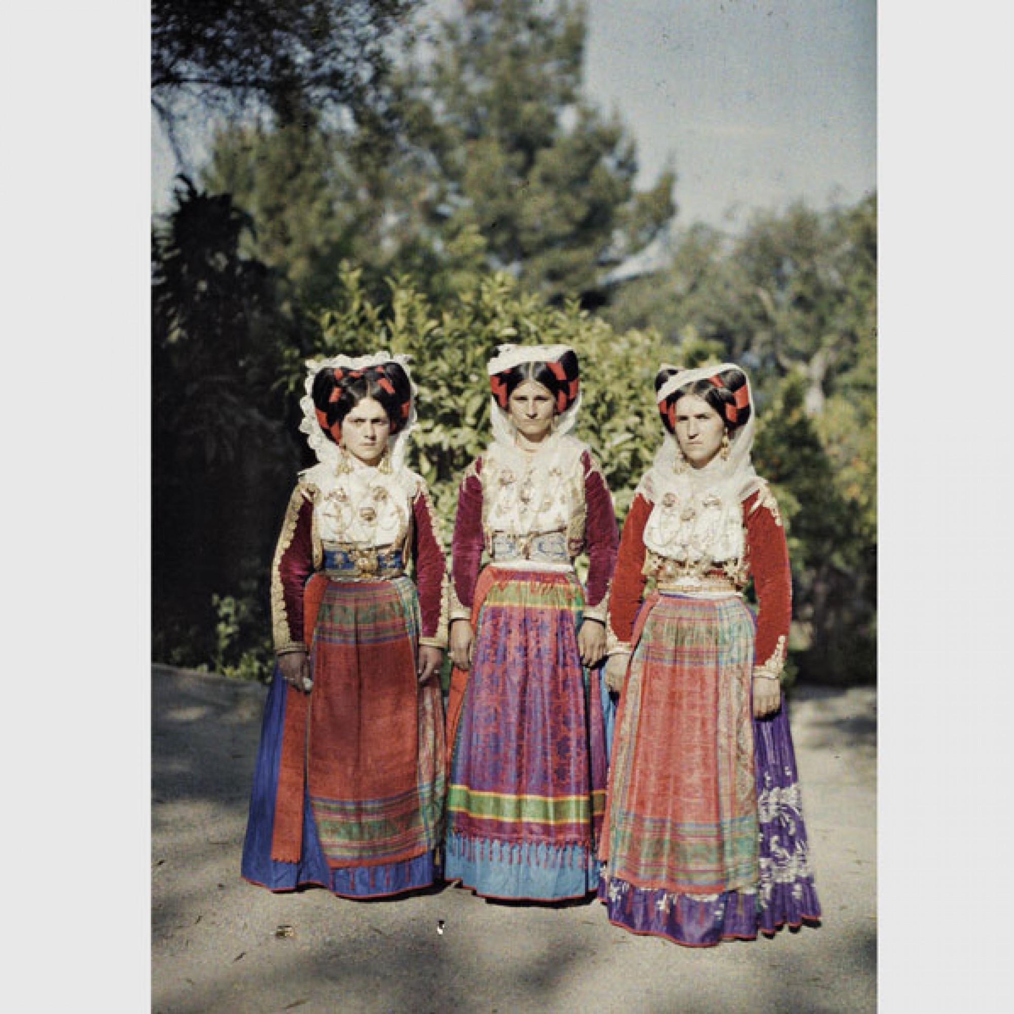 Auguste Léon, Griechenland, Korfu, Drei Frauen in traditioneller Kleidung ,1913.  (Musée Albert-Kahn, Département des Hauts-de-Seine)