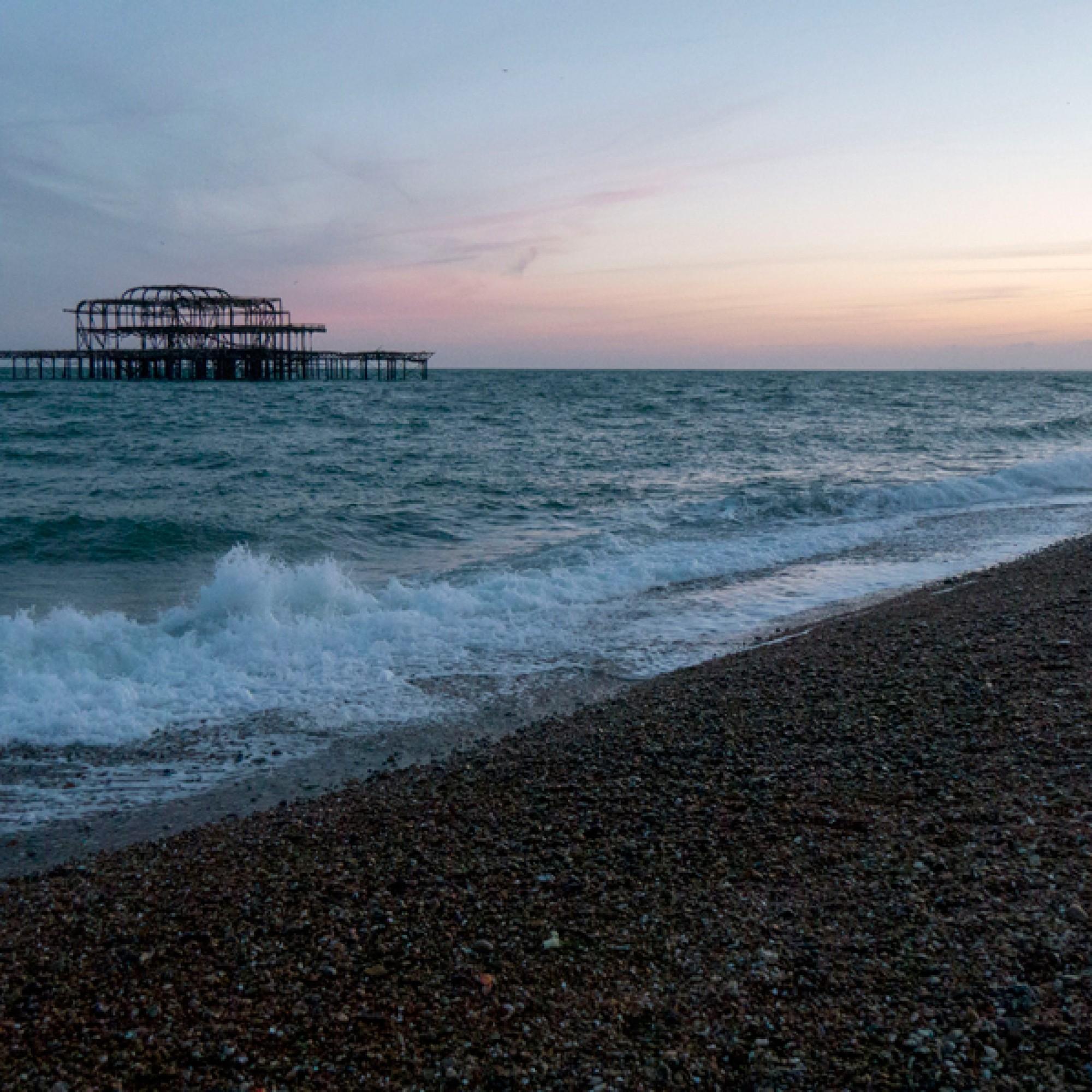 Zum teuer, um ihn in Stand zu setzen: Der Pier West vor der Küste Brightons. (Bryan Ladgard, flickr, CC)
