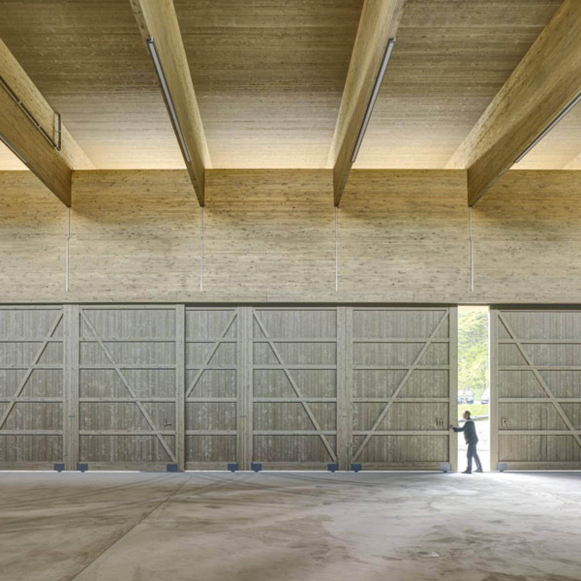 Im Neubau finden sechs grosse Fahrzeuge und Maschinen für den Gewässerunterhalt Platz (Rossetti + Wyss/Jürg Zimmermann)