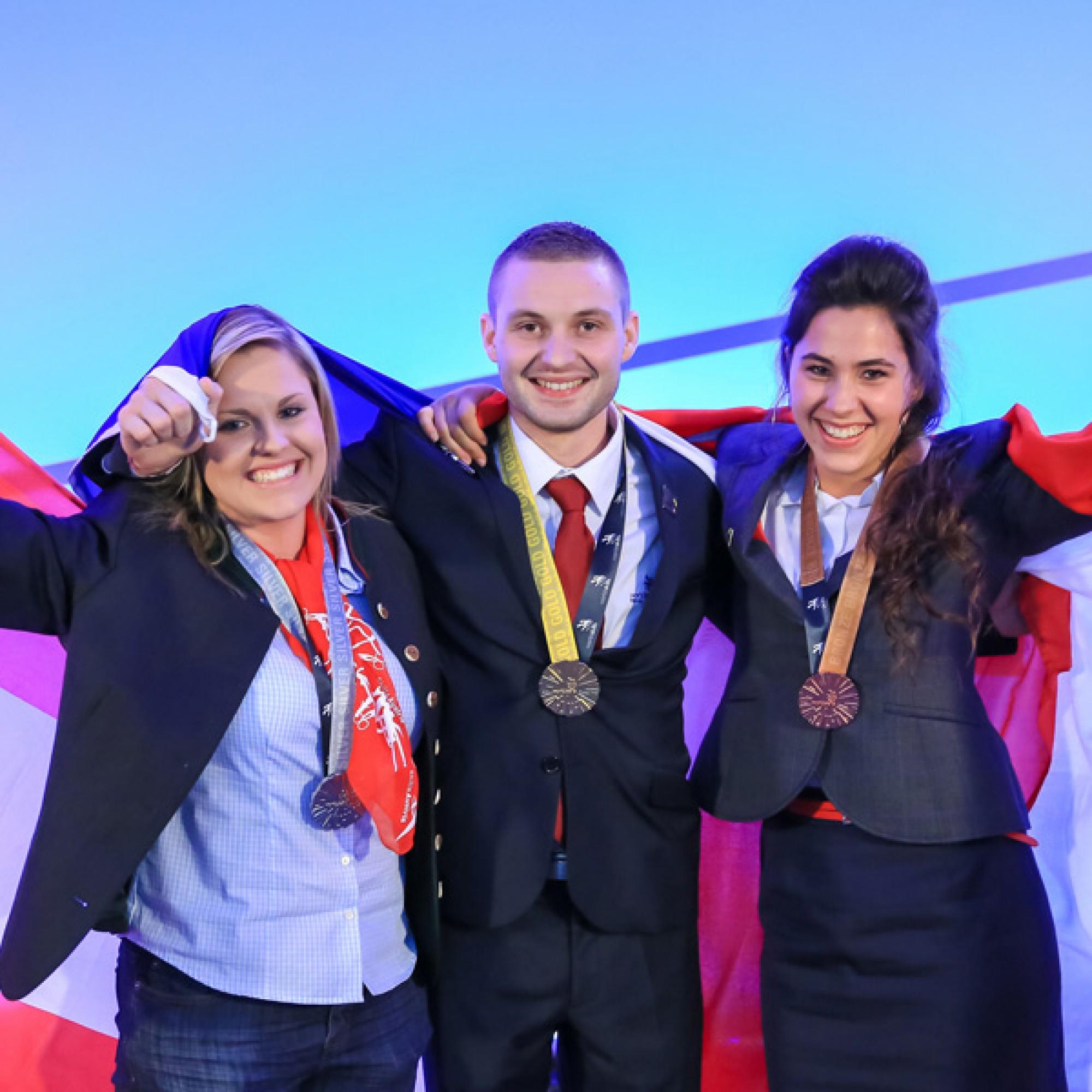 Die Dekorationsmalerin Janin Aellig aus Madetswil (rechts) gewann die Bronzemedaille. (Foto: SMGV)