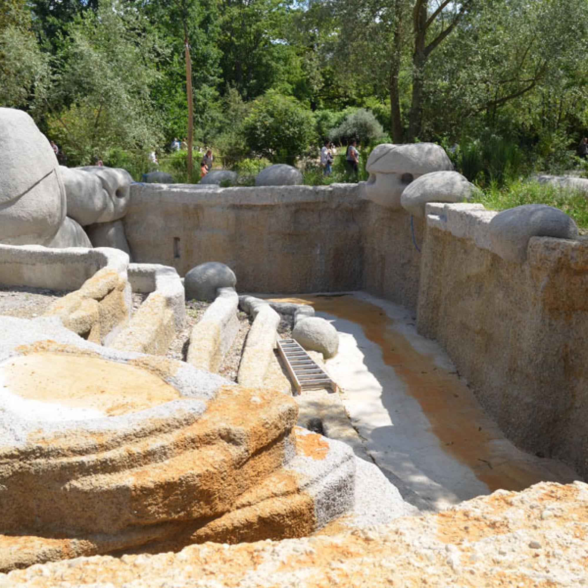 Der Bau der Bullen-Aussenanlage mit einem begehbaren Graben ist bereits weit fortgeschritten (stg)