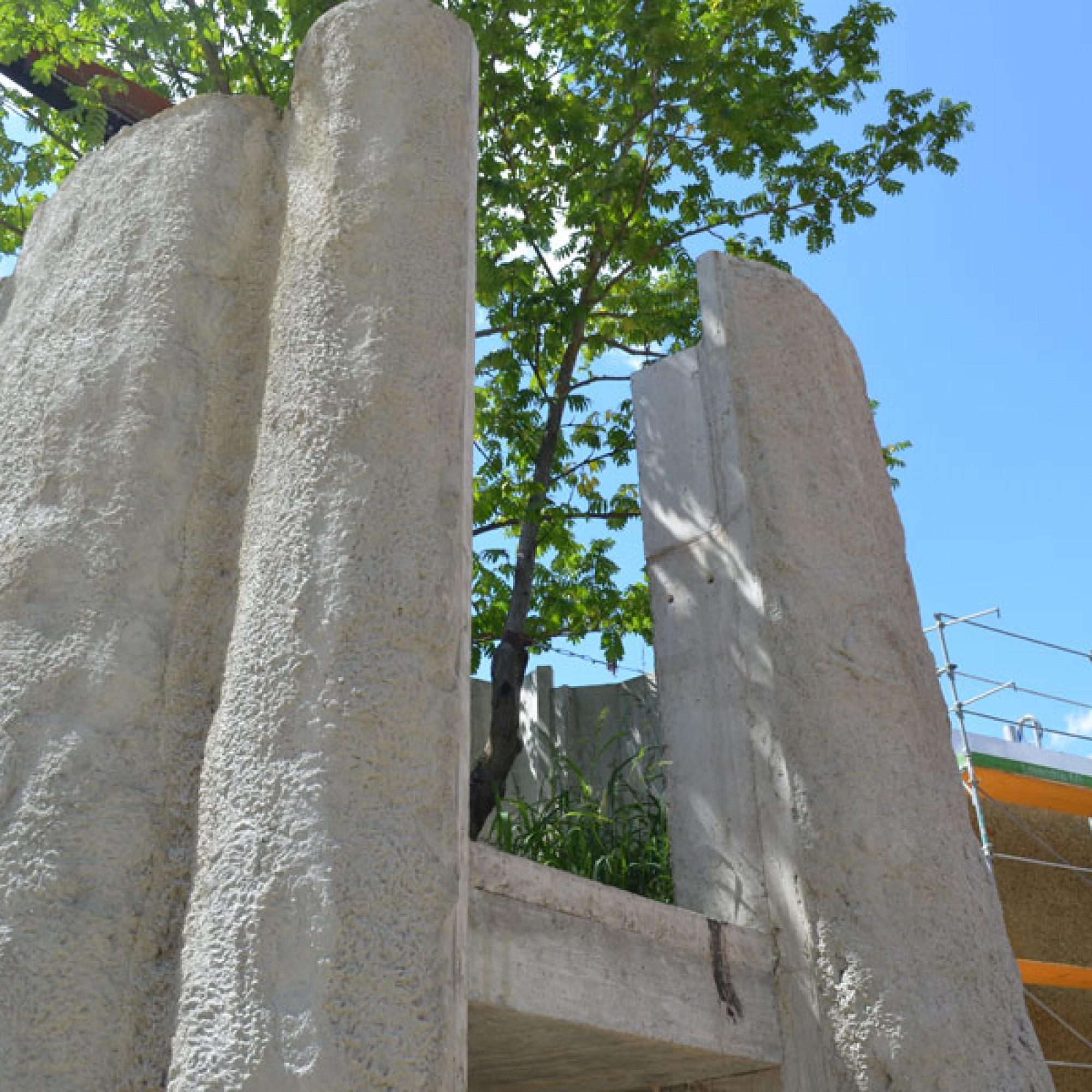 Künstlicher Affenbrotbaum in der Aussenanlage für den Elefantenbullen (stg)