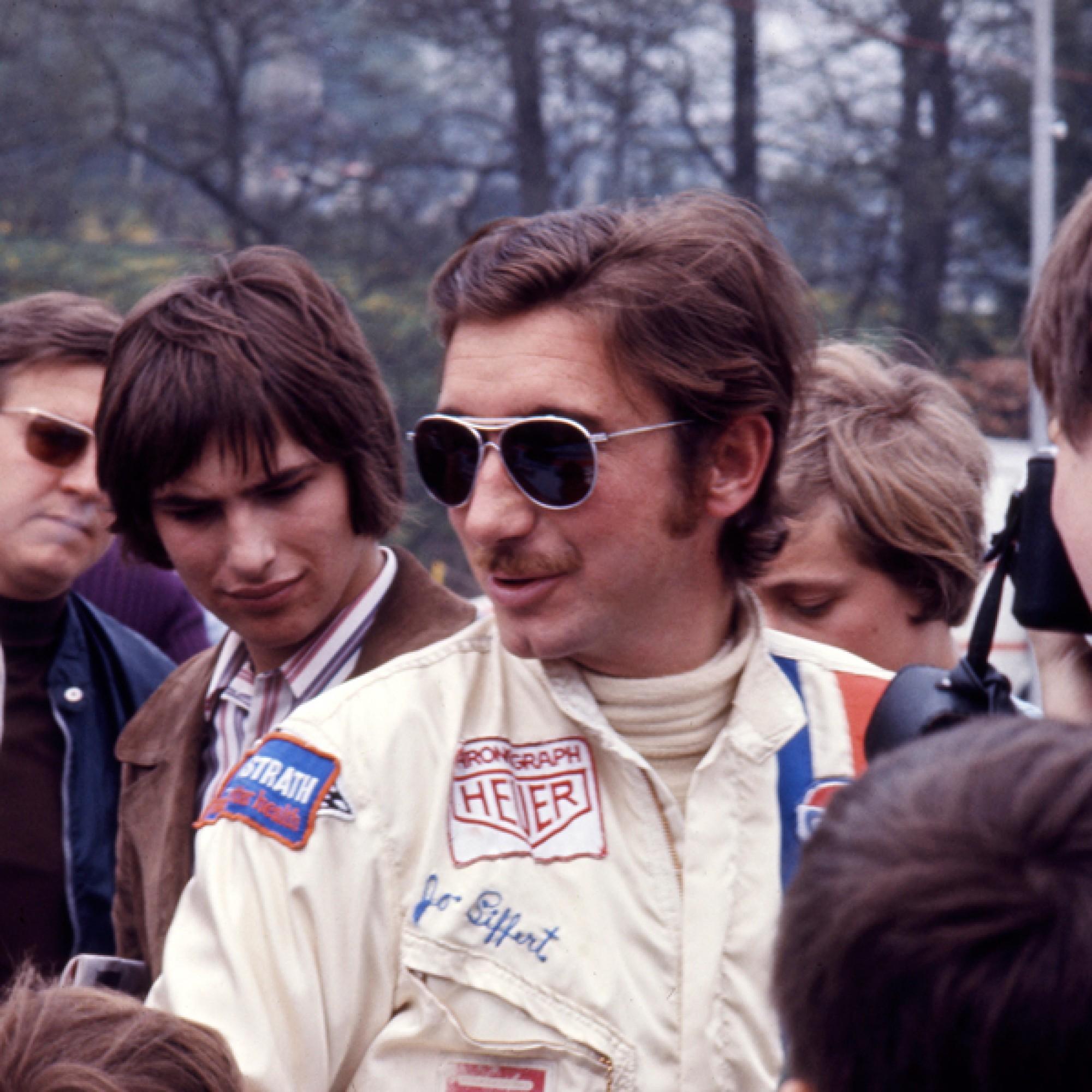 Jo Siffert im Paddock beim 1000 km-Rennen in Spa-Francorchamps 1971. Links im Bild der Freund und Journalist Jacques Deschenaux mit der gleichen Brille.  (motorsportfriends.ch, Museum im Bellpark)