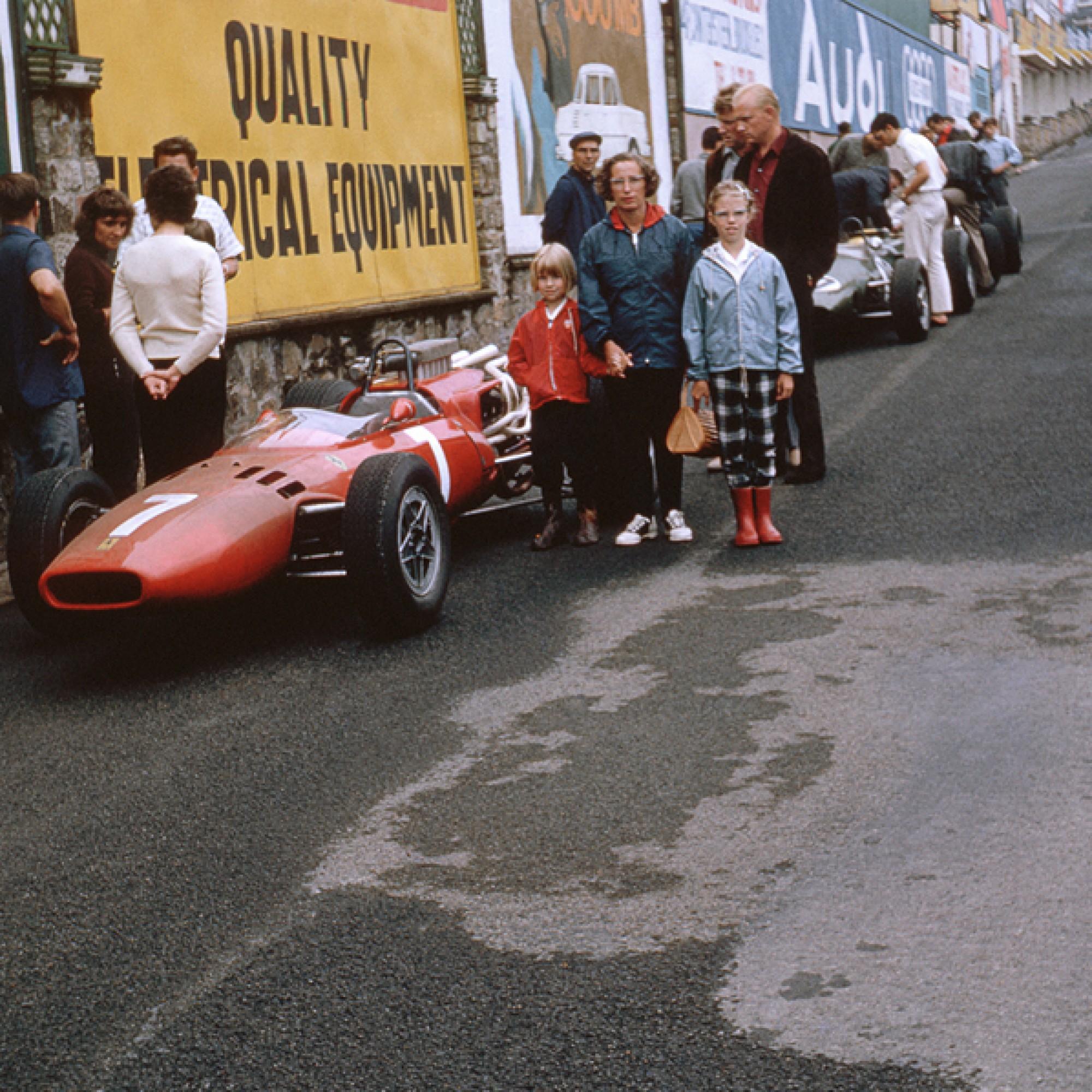 Eine belgische Familie posiert neben dem Ferrari 246 von Lorenzo Bandini am Grand Prix de Belgique in Spa-Francorchamps von 1966..  (motorsportfriends.ch, Museum im Bellpark)