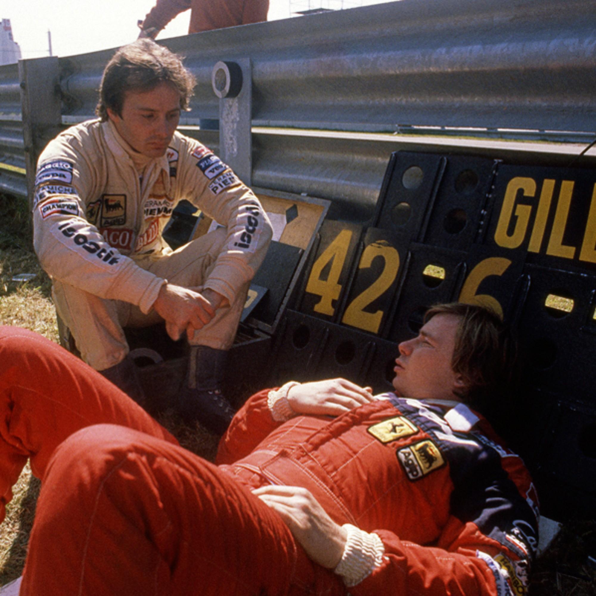 Die Ferrari-Teamkollegen Gilles Villeneuve und Didier Pironi im Gespräch am XX. Grand Prix du Canada in Montreal von 1981. Foto Denis Brodeur, CAN.  (motorsportfriends.ch, Museum im Bellpark)