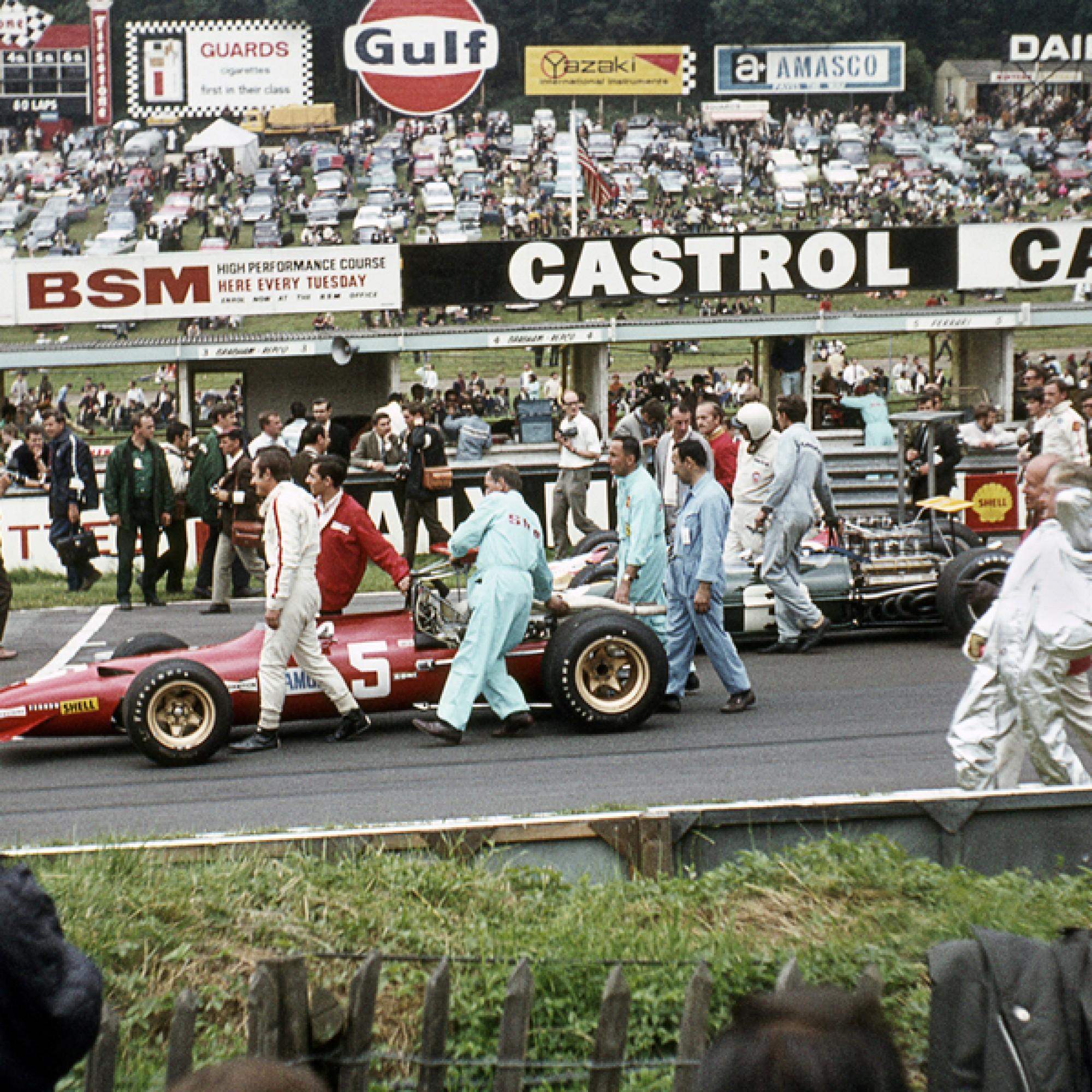 Chris Amon und sein Team stossen den Ferrari 312/68 V12 zur Startlinie. British Grand Prix in Brands Hatch von 1968.  (motorsportfriends.ch, Museum im Bellpark)
