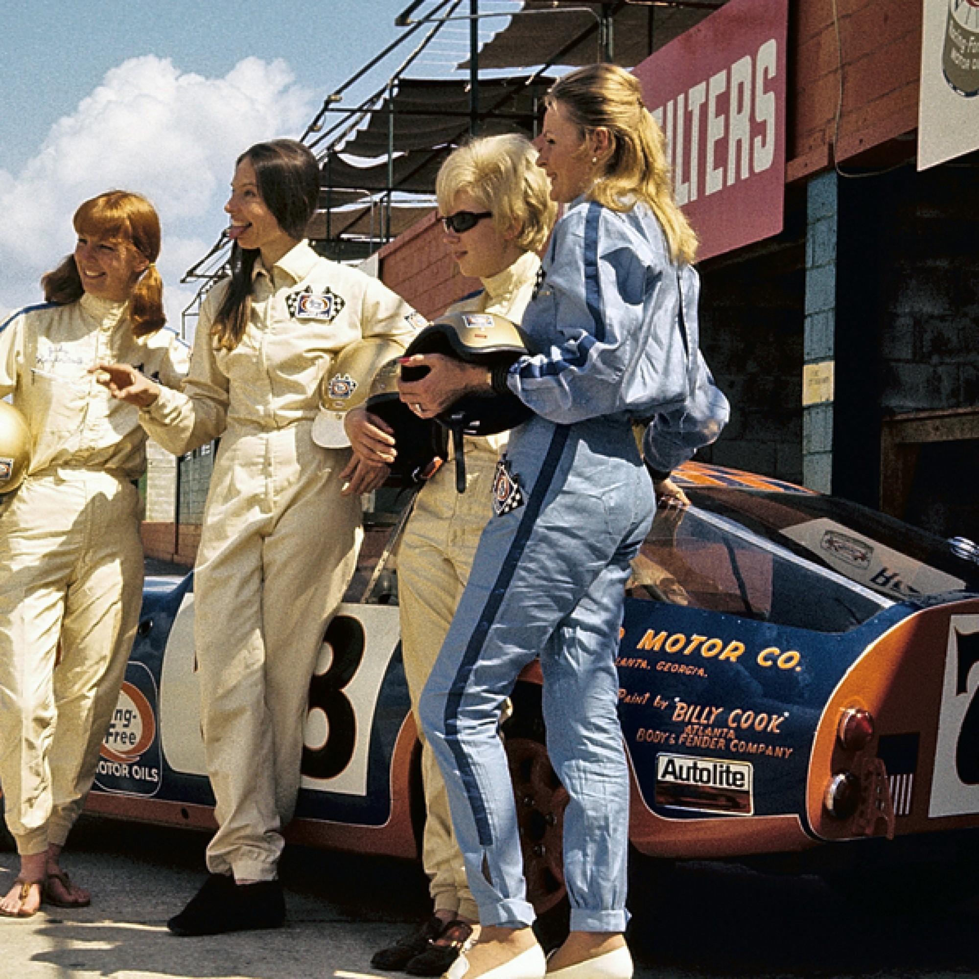 Judy Kondratieff, Janet Guthrie, Sharlene Seavey und Rosemary Smith vor ihrem Austin Healey Sprite beim 12 Stunden-Rennen Sebring, 1970. (motorsportfriends.ch, Museum im Bellpark)