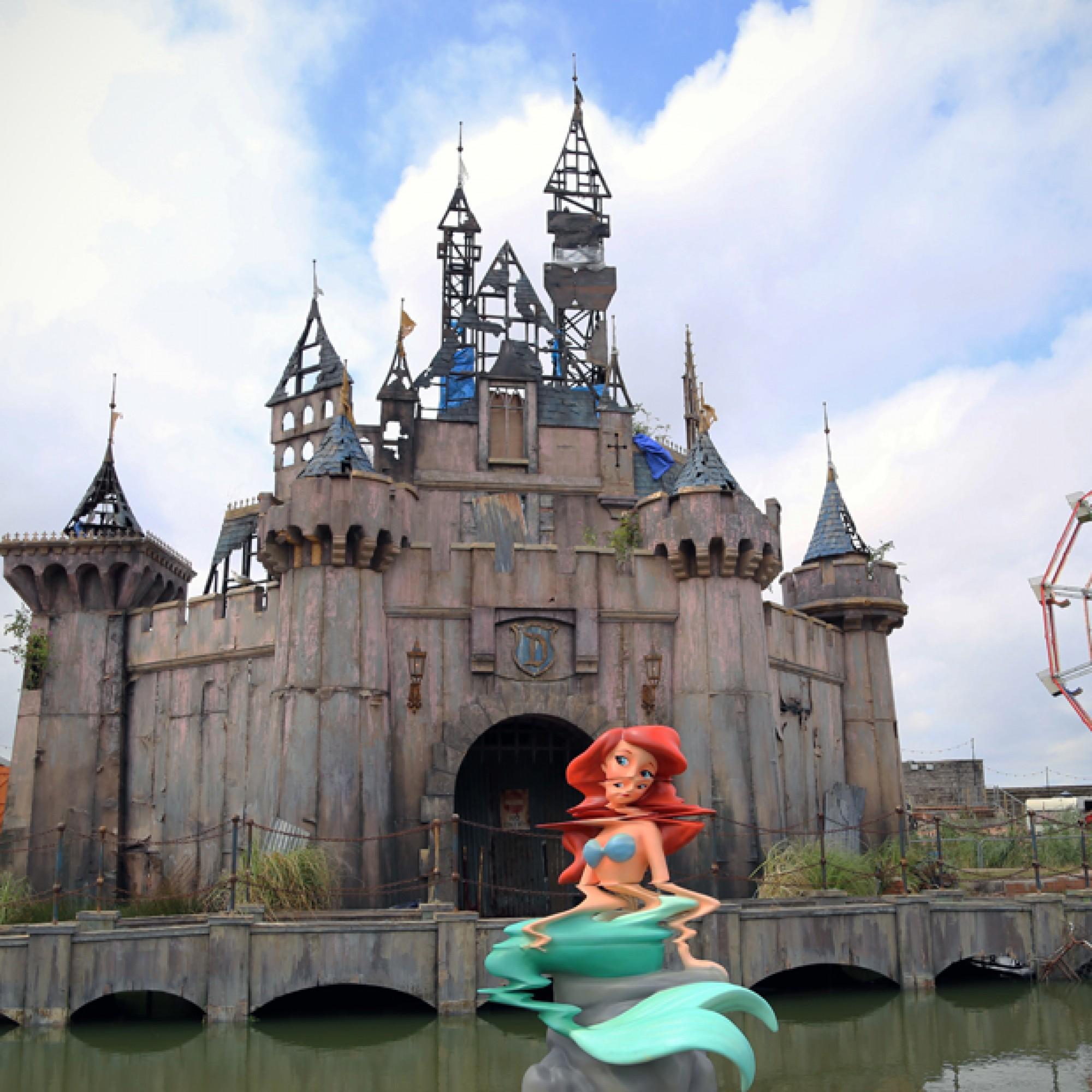 Keine Bildstörung, sondern eine verzerrte Skulptur: Arielle im Dismaland. (byrian, flickr, CC)