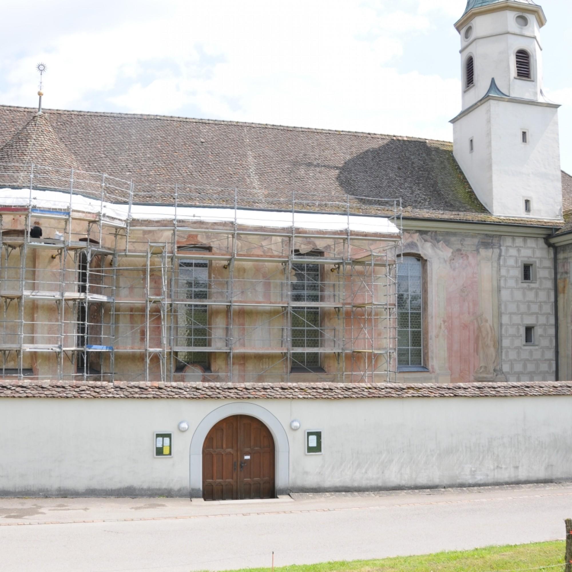 Die eingerüstete Fassade des Kirchhofs mit den Fresken der Brüder Torricelli,  (PD / Doris Warger, Restauratorin SKR)