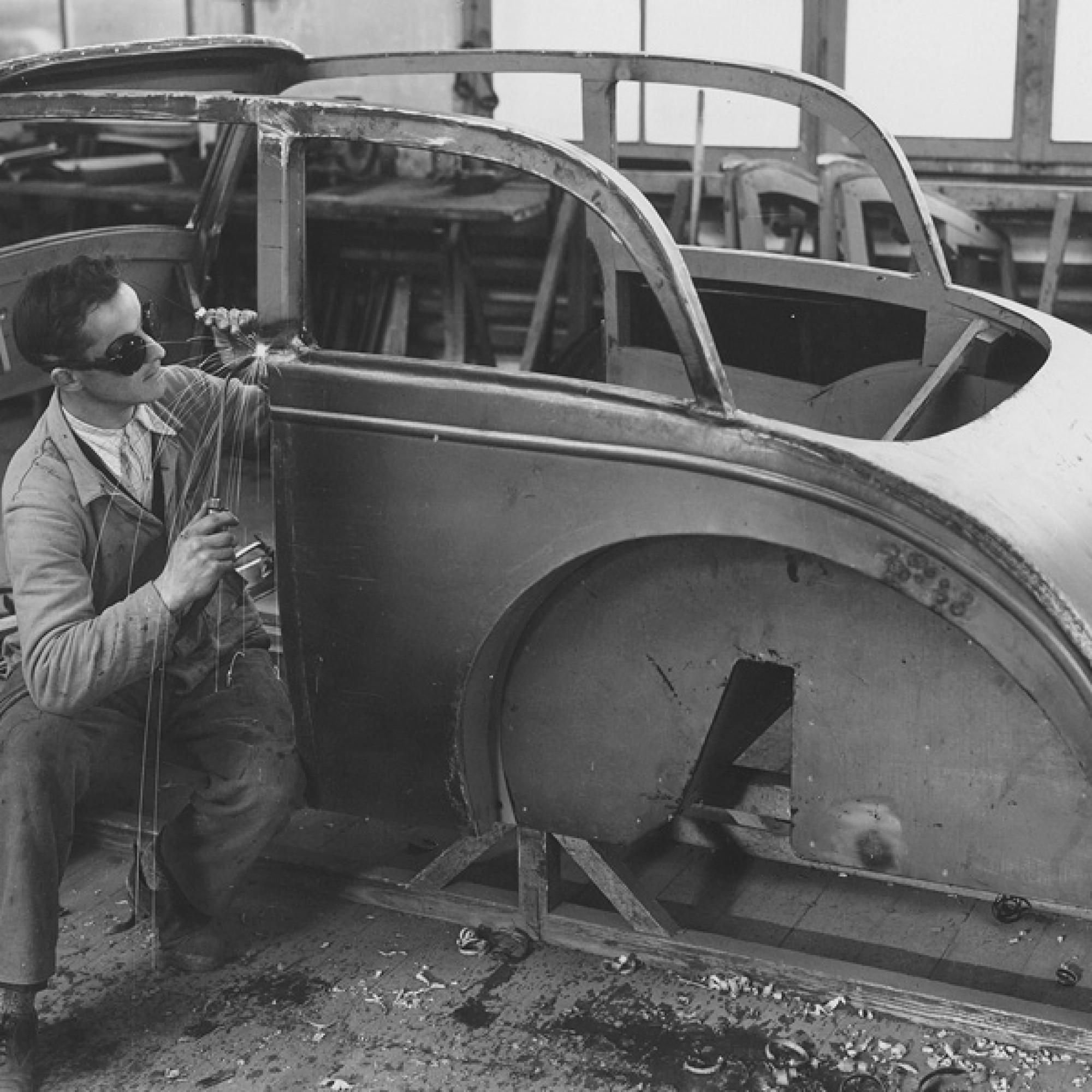 Karosseriebau, um zirka 1940.  (Foto: Theo Ballmer/Schweizerisches Nationalmuseum)
