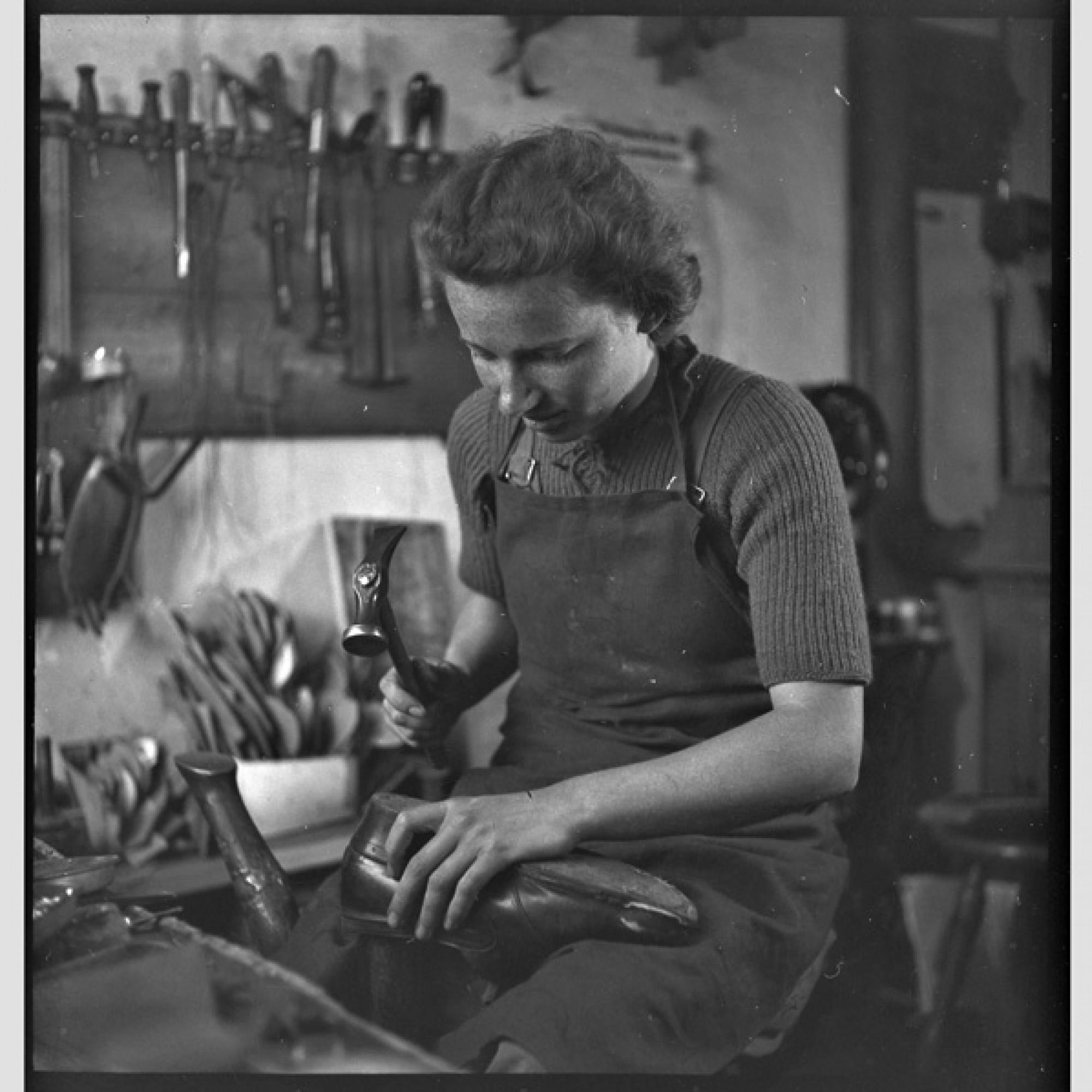 Die erste Schuhmacherin der Schweiz, 1944, Lachen (SZ), (Foto: PDL/Schweizerisches Nationalmuseum)