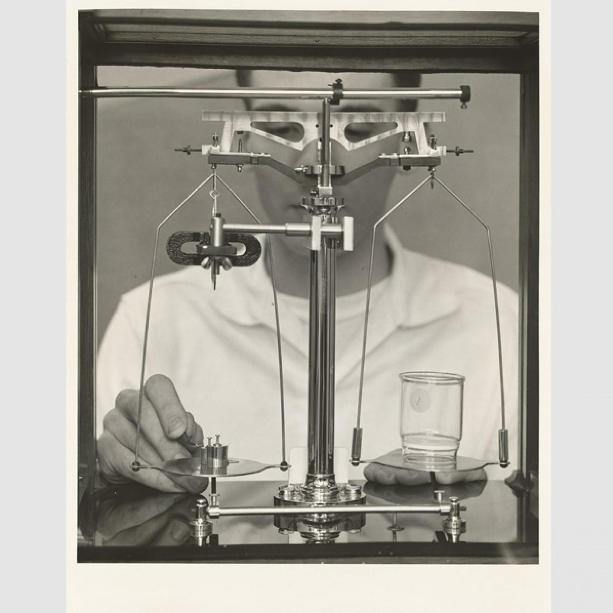 «Analytical Work» bei Sandoz USA, 1955 (ca.), East Hanover (USA), (Foto: Lewis-Man Studio/Schweizerisches Nationalmuseum)