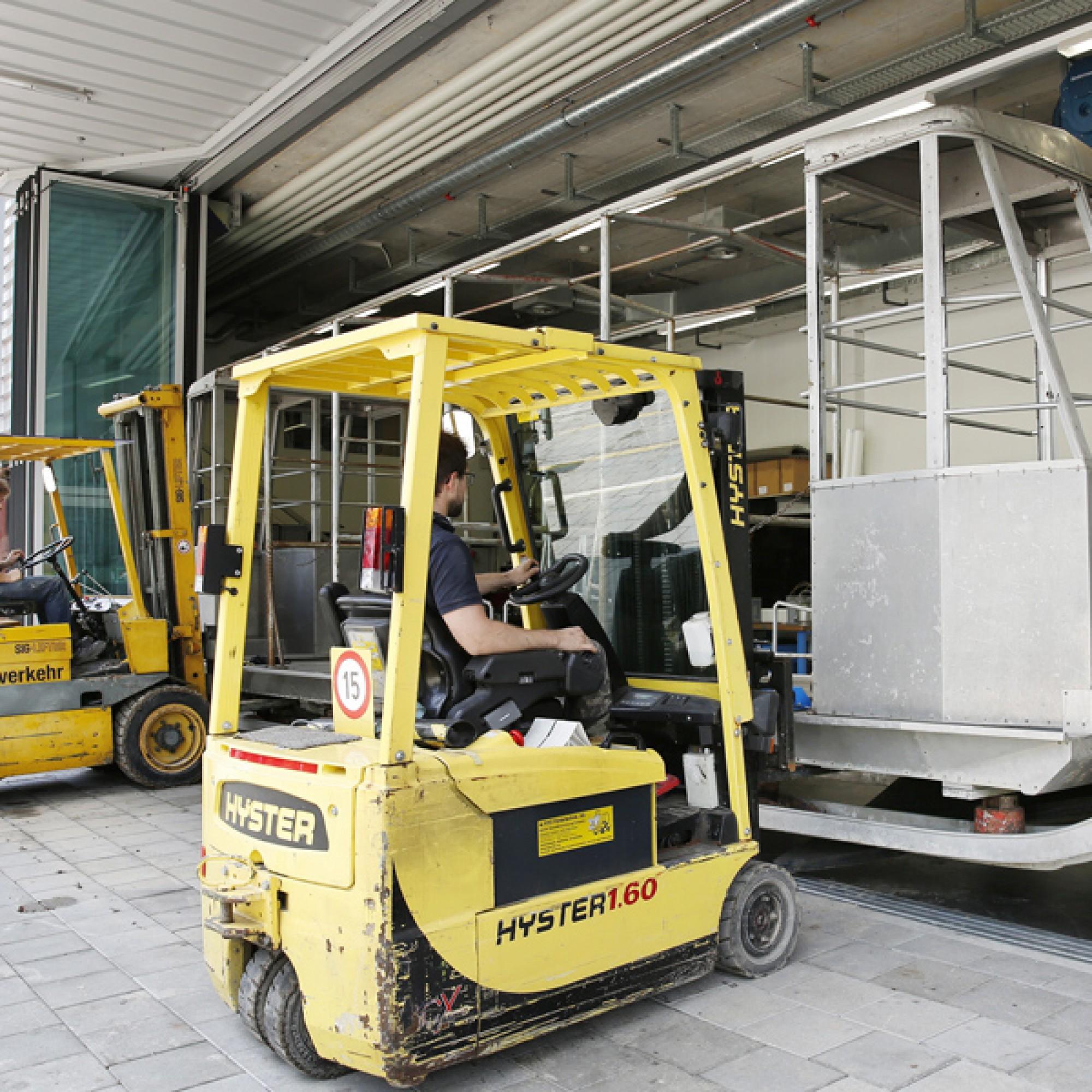 Das drei Tonnen schwere Gestell wird in die Werkstatt gehoben.