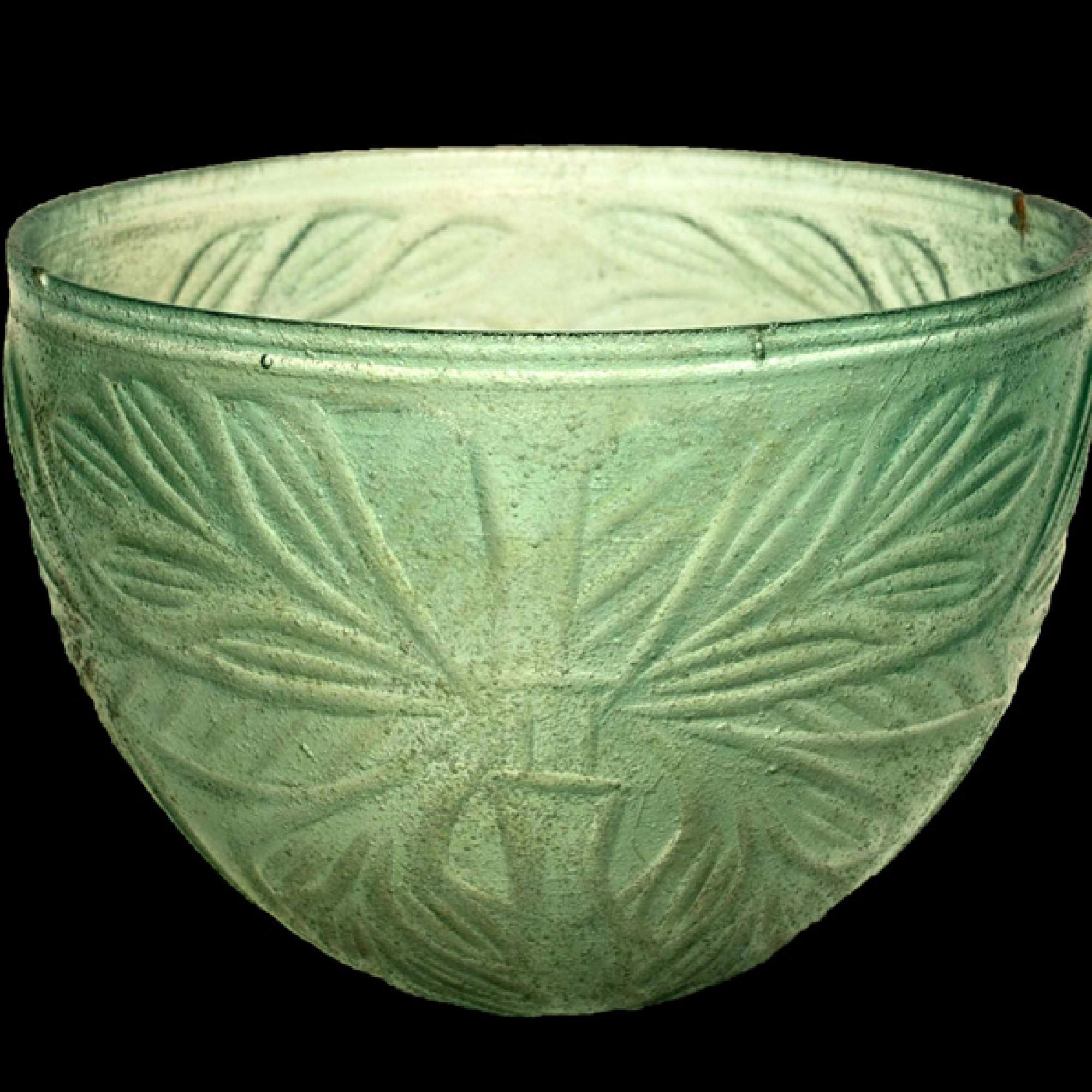 Glaschale mit Ornamenten aus Olivenzweigen. (K. Xenikakis, Nationales Archäologie-Museum Athen)