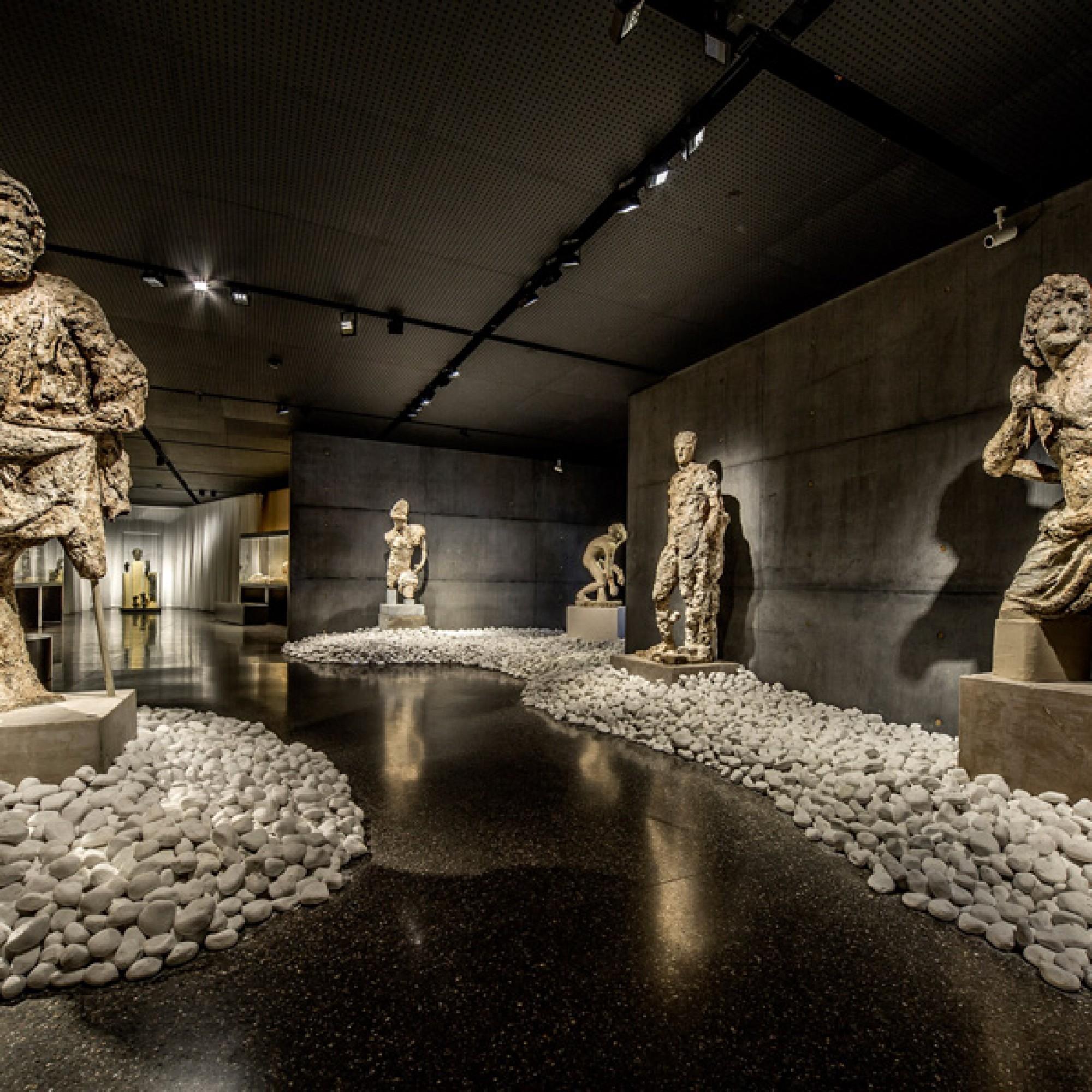 An den Statuen haben Algen und Meer ihre Spuren hinterlassen. (Antikenmuseum Basel)