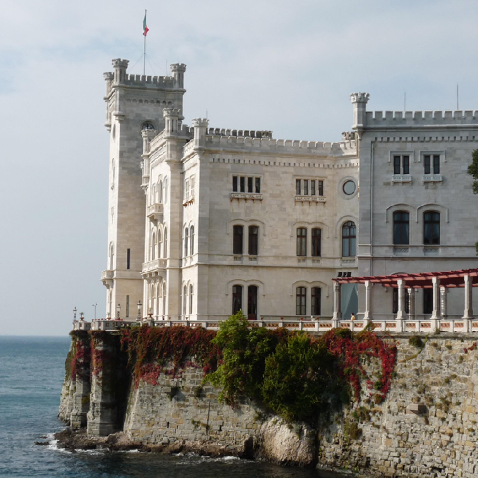 1,2 Millionen Euro werden für die Restaurierung des Parks und des Museums von Schloss Miramare nordwestlich von Triest zur Verfügung gestellt. Foto: Dieter Schütz-Pixelio.de)