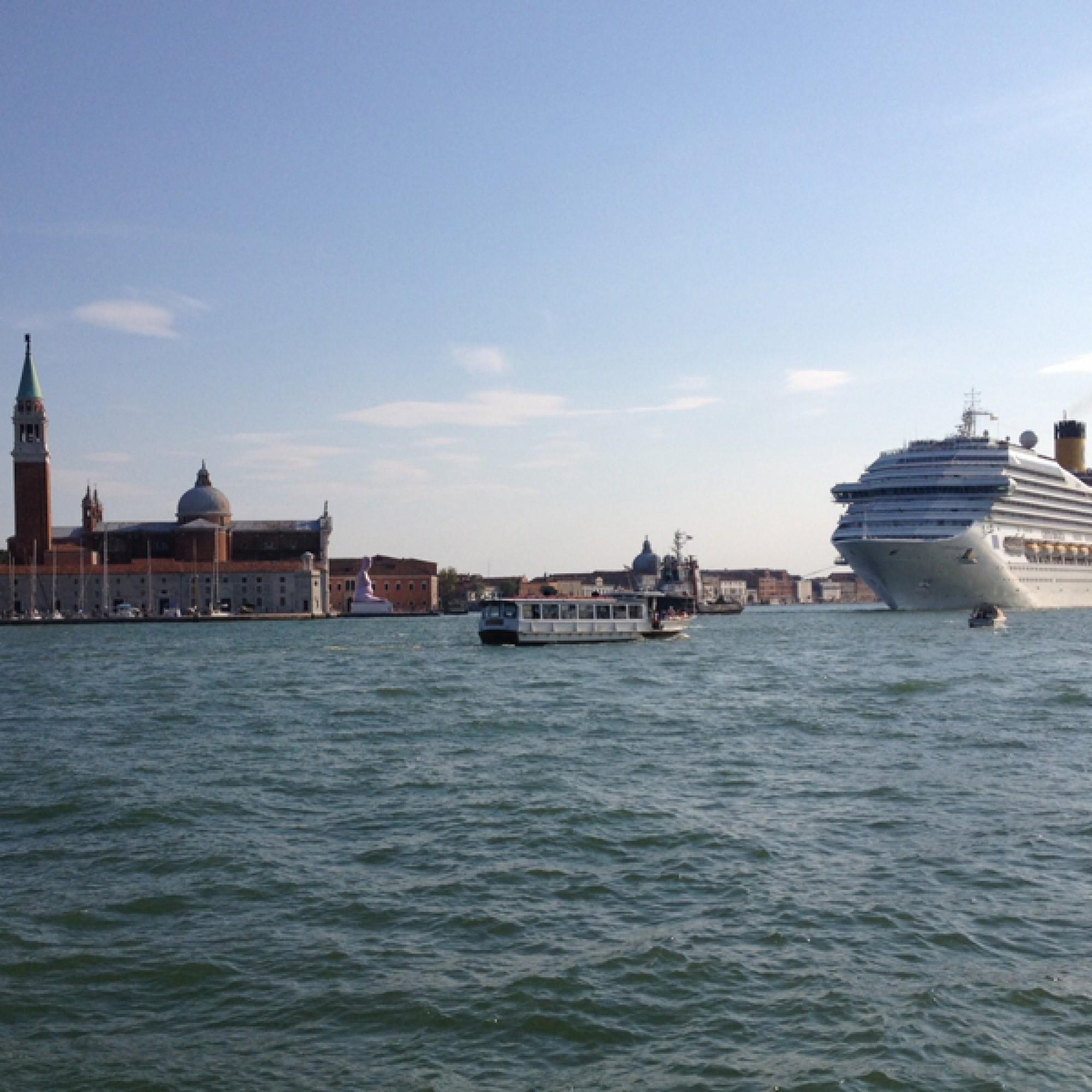 Auch wenn Millionen fliessen, die Hauptursache der unaufhaltsamen Zerstörung bleibt bestehen: der Hafen. Die Kreuzfahrschiffe fahren durch die Känele mitten durch die Stadt. (Foto: Claudia Bertoldi)