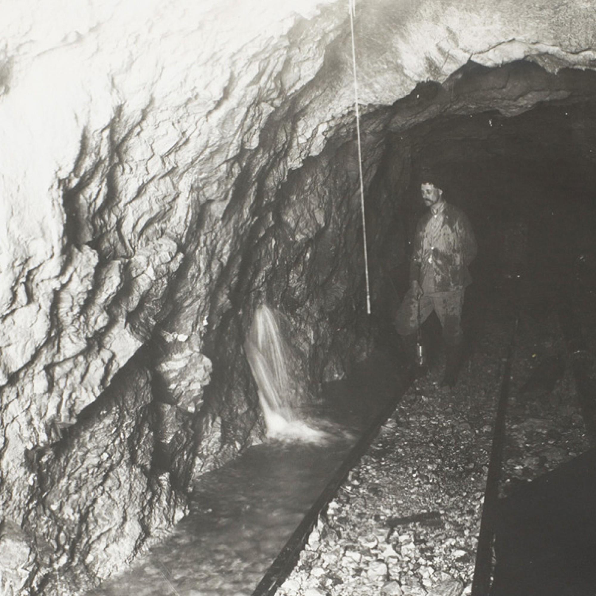 : Eine Quelle im Tunnel. (Foto: Friedrich Aeschbacher, Olten, copyright Historisches Museum Olten)