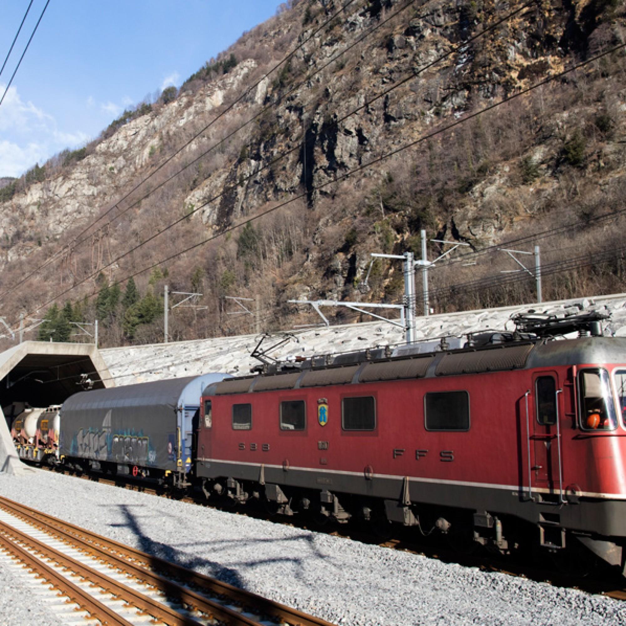Seit Samstag fahren Güterzüge im Rahmen des Tesbetriebs durch den Gotthard-Basistunnel. (Alptransit / PD)