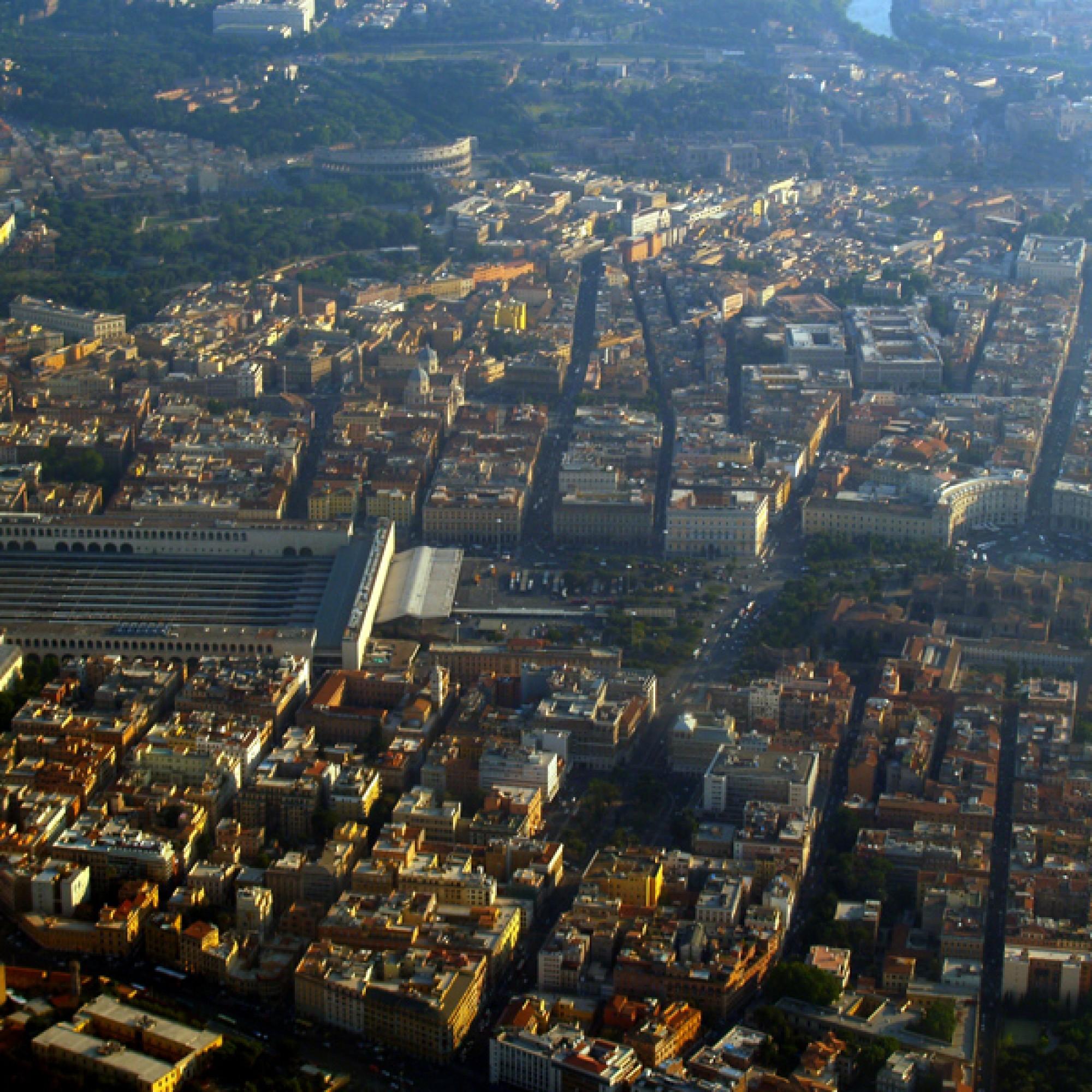 Mitten in der Altstadt von Rom, unweit der Ausgrabungsstätten, liegt der grösste Bahnhof Italiens, die Stazione Termini. ( seiler+seiler_Wikimedia Commons)