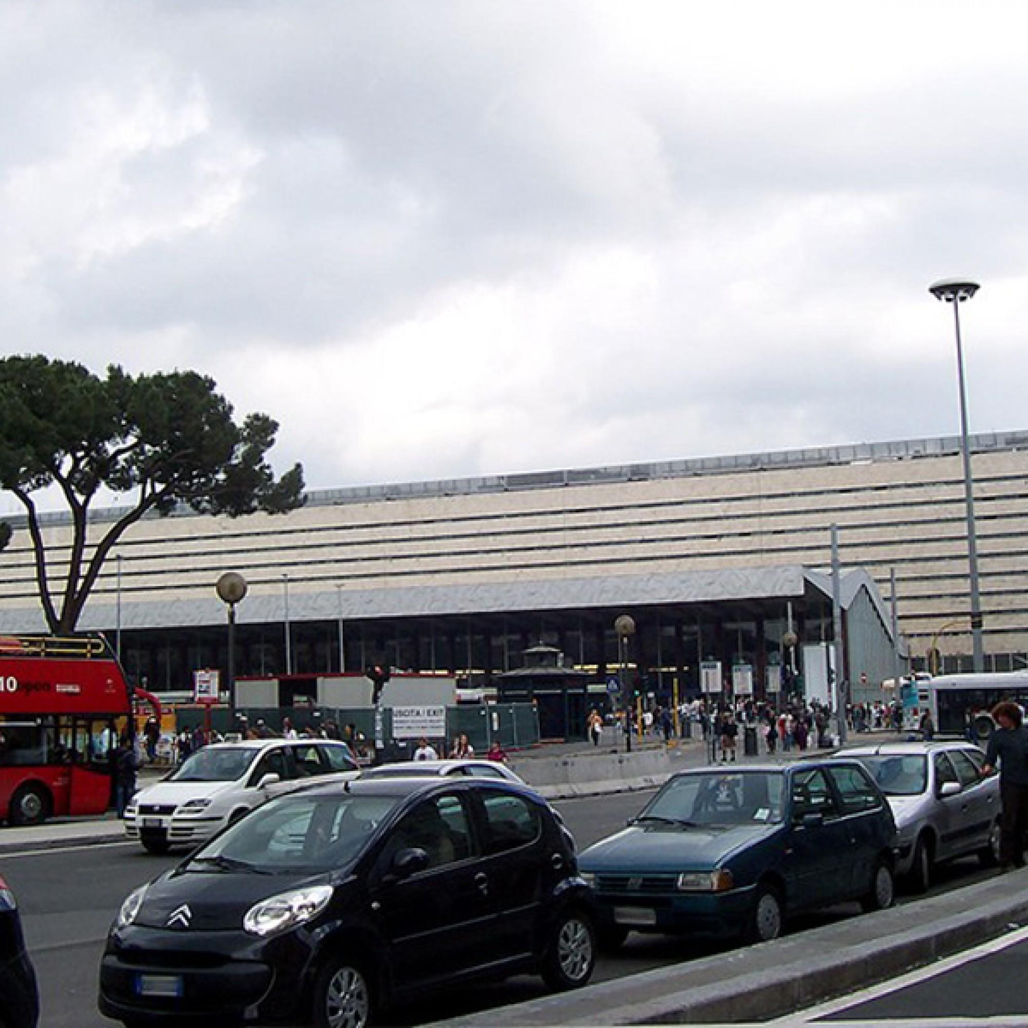 Das Verkehrschaos gehört zum Alltag der Römer. Parkplätze sind rar, deshalb soll ein Parkplatz auf dem Bahnhofsdach entstehen. (Geobia_Wikimedia Commons)
