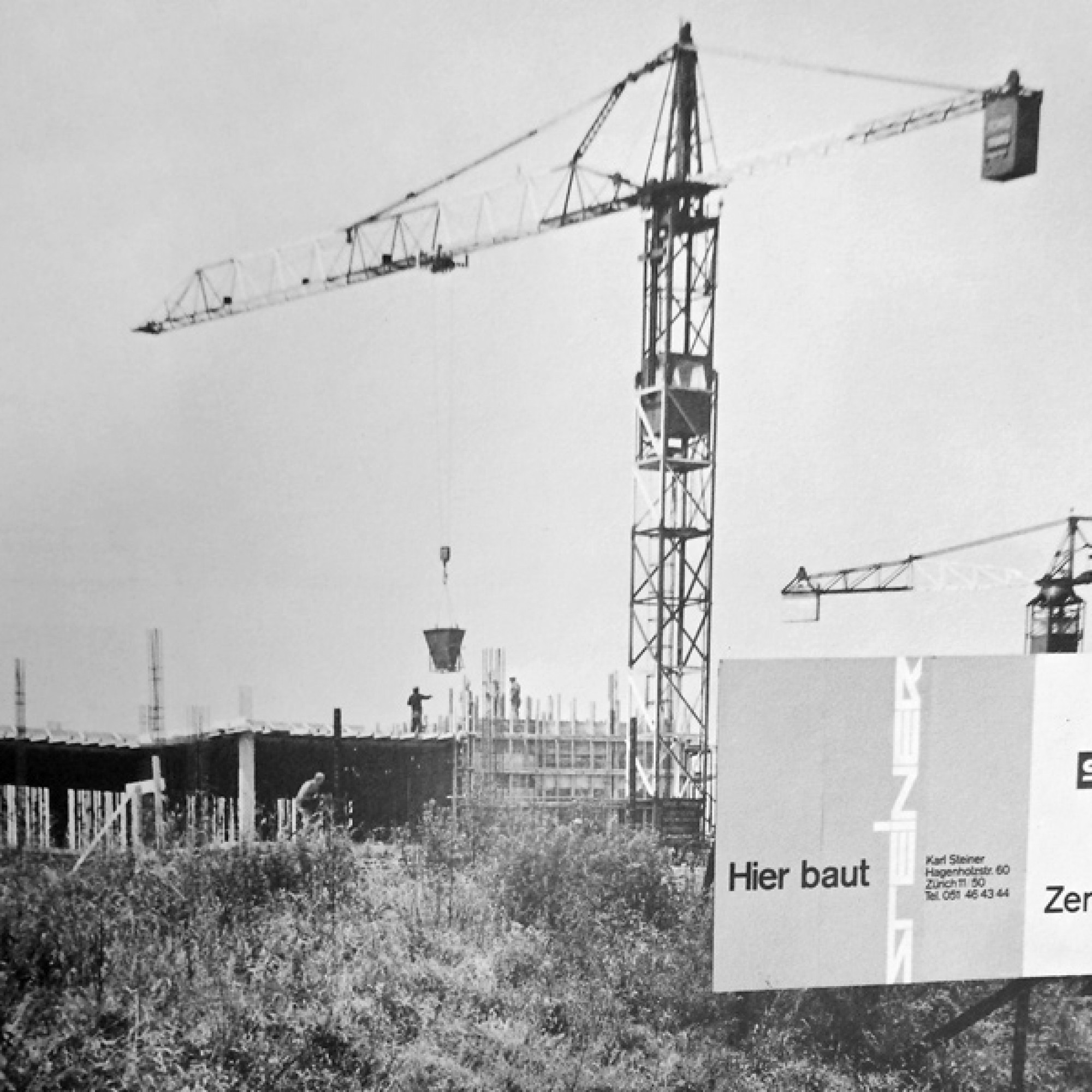 Zürich-Kloten, 1965: der neue Hauptsitz «Balsberg» der Swissair im Rohbau.  (Bild aus Steiner-Jubiläumsbuch) 1/4