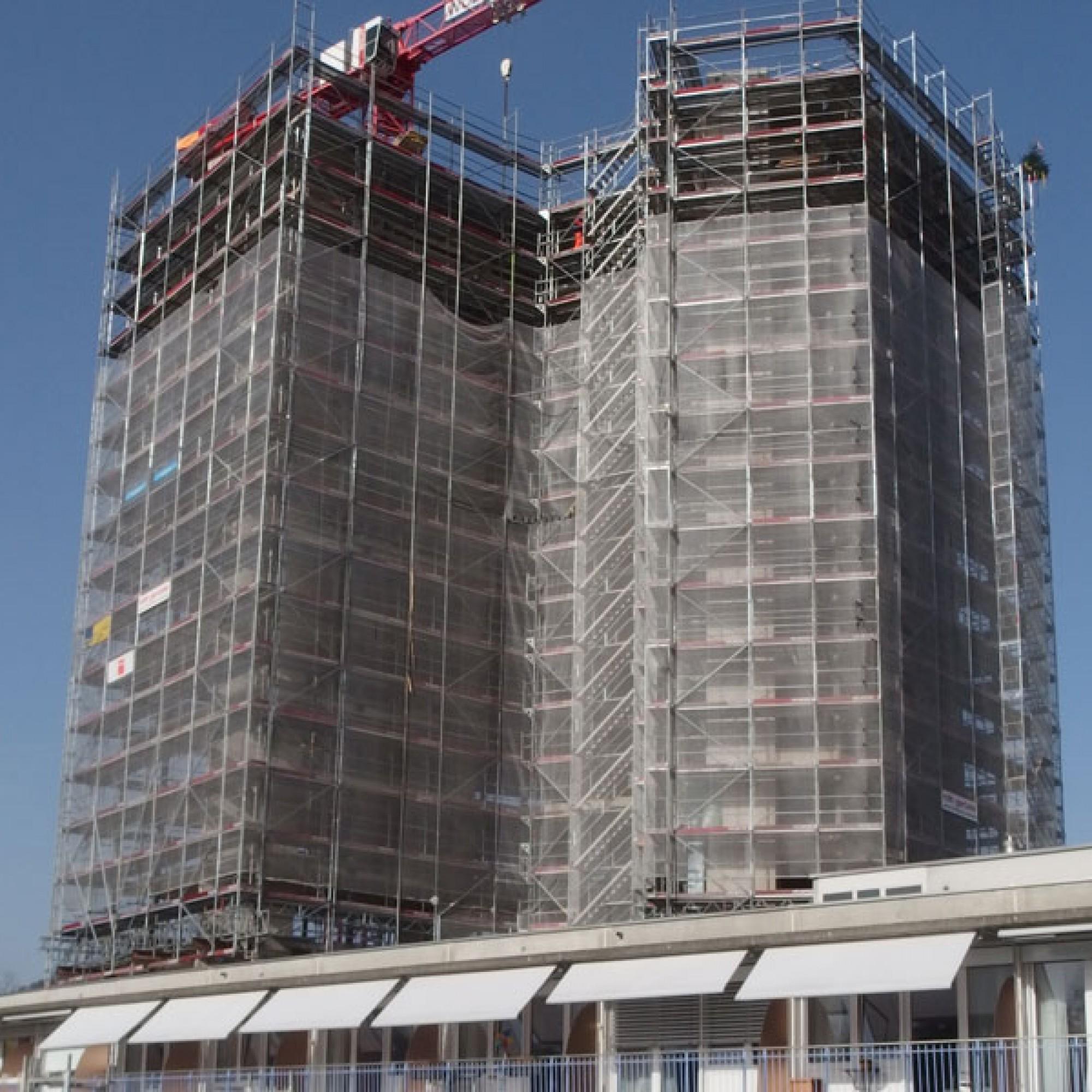 Der Rohbau des Wohnturms wurde nach nur einem Jahr Bauzeit  termingerecht fertiggestellt (SZ Schönthal)