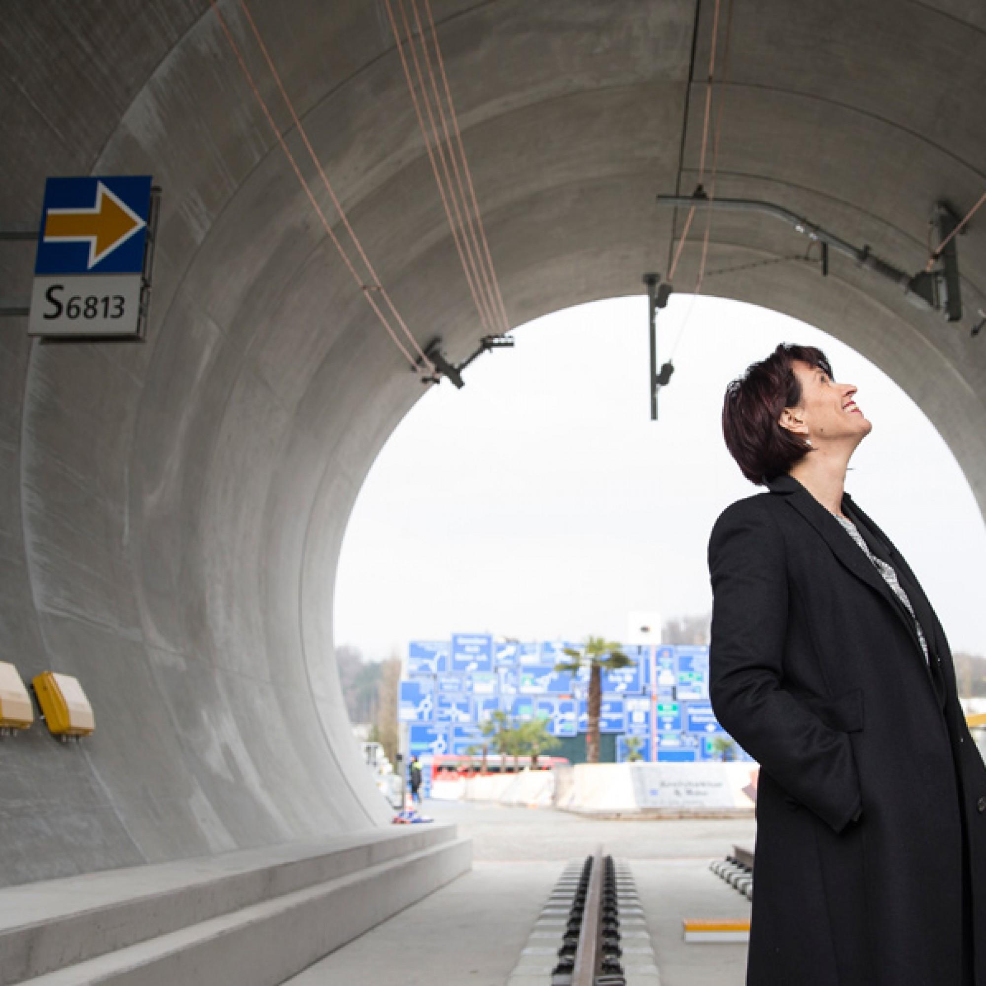 Doris Leuthard begutachtet den wohl  kürzesten Bahntunnel der Welt an der Eröffnung der Ausstellung. (PHOTOPRESS/Dominik Baur/ zvg Verkehrshaus)