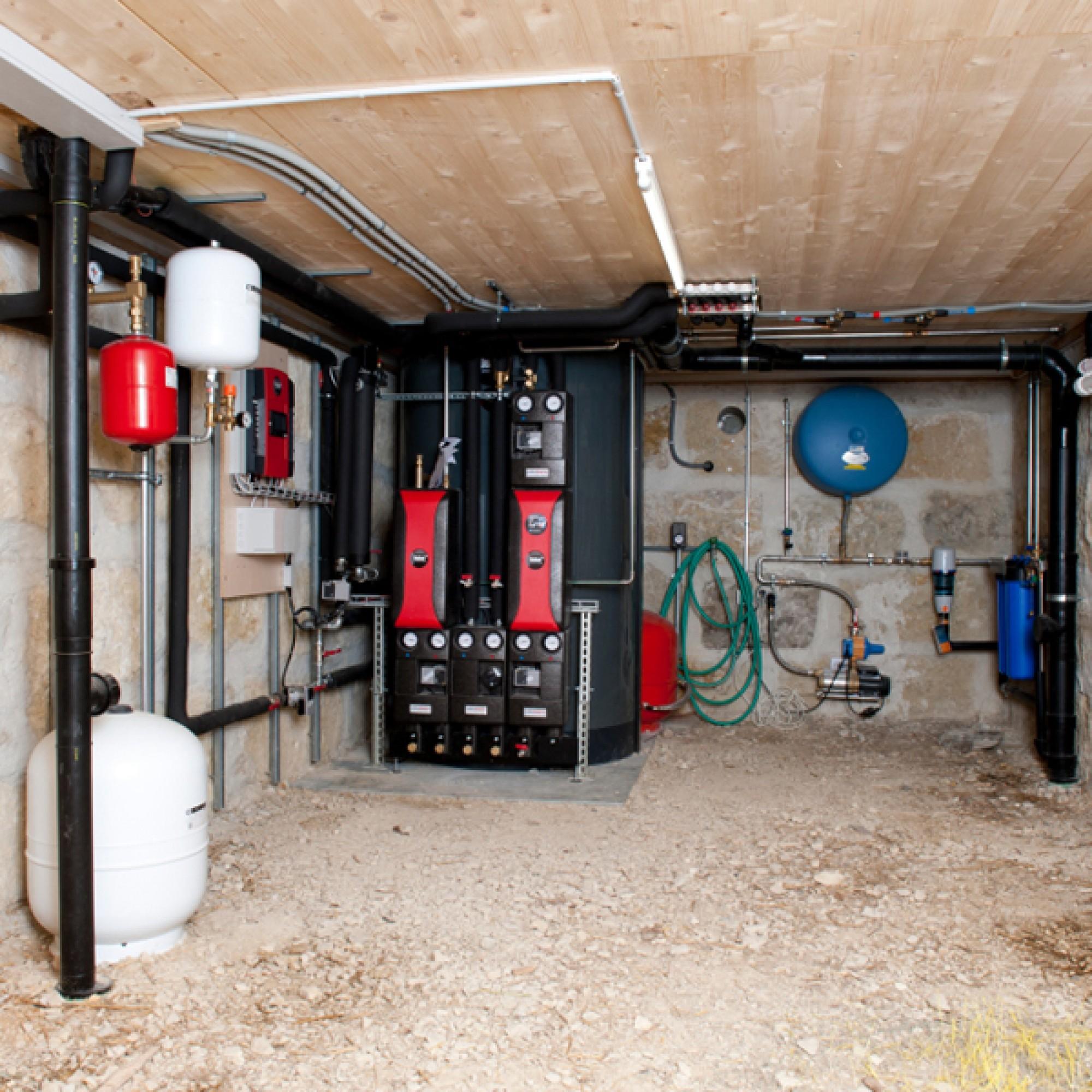 Der Schichtenspeicher für Heizung und Warmwasser im Keller (Bilder zvg)