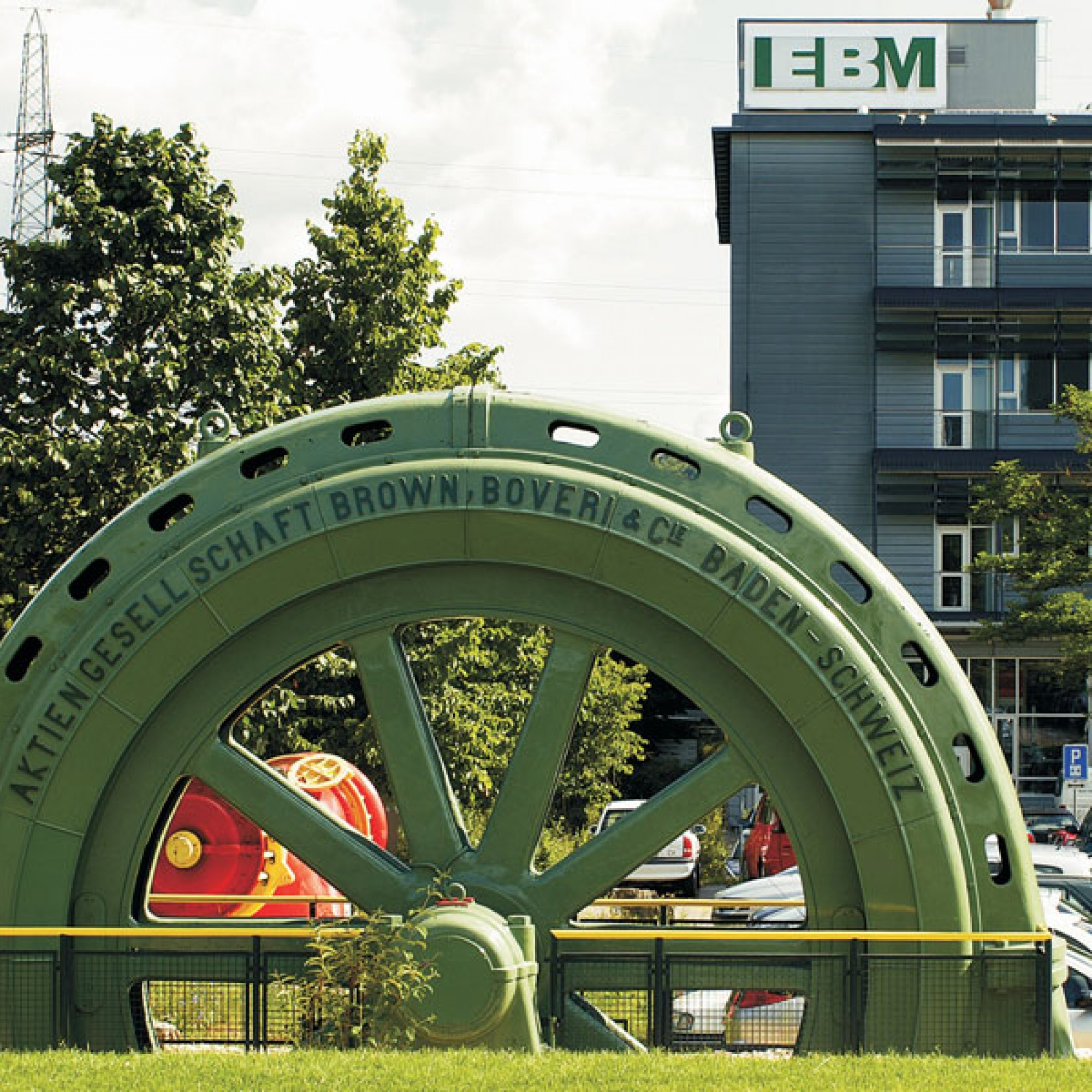Der EBM-Hauptsitz in Münchenstein mit historischem Generator (EBM/zvg)