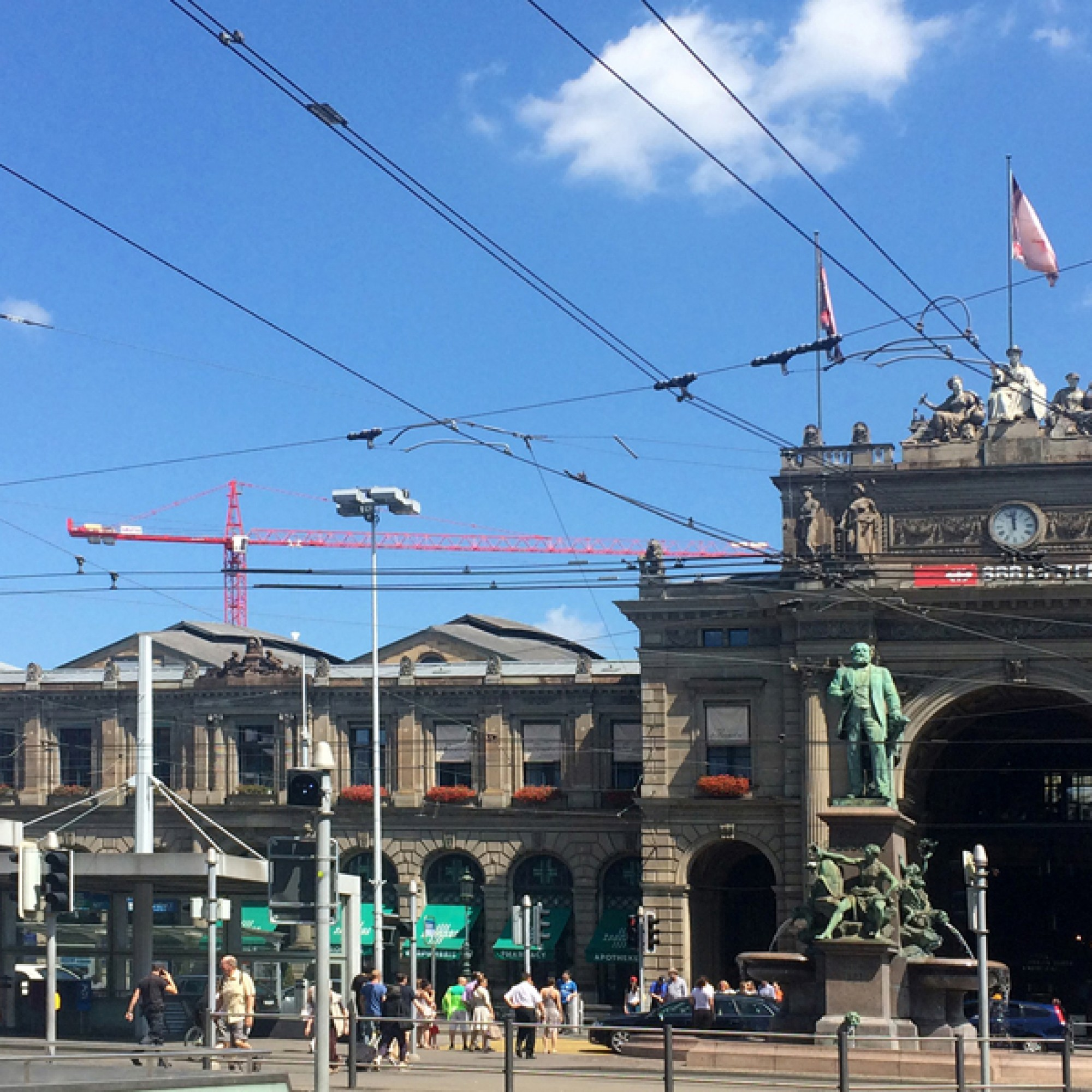 Das Escher-Denkmal vor dem Zürcher Hauptbahnhof. (Silva Maier)