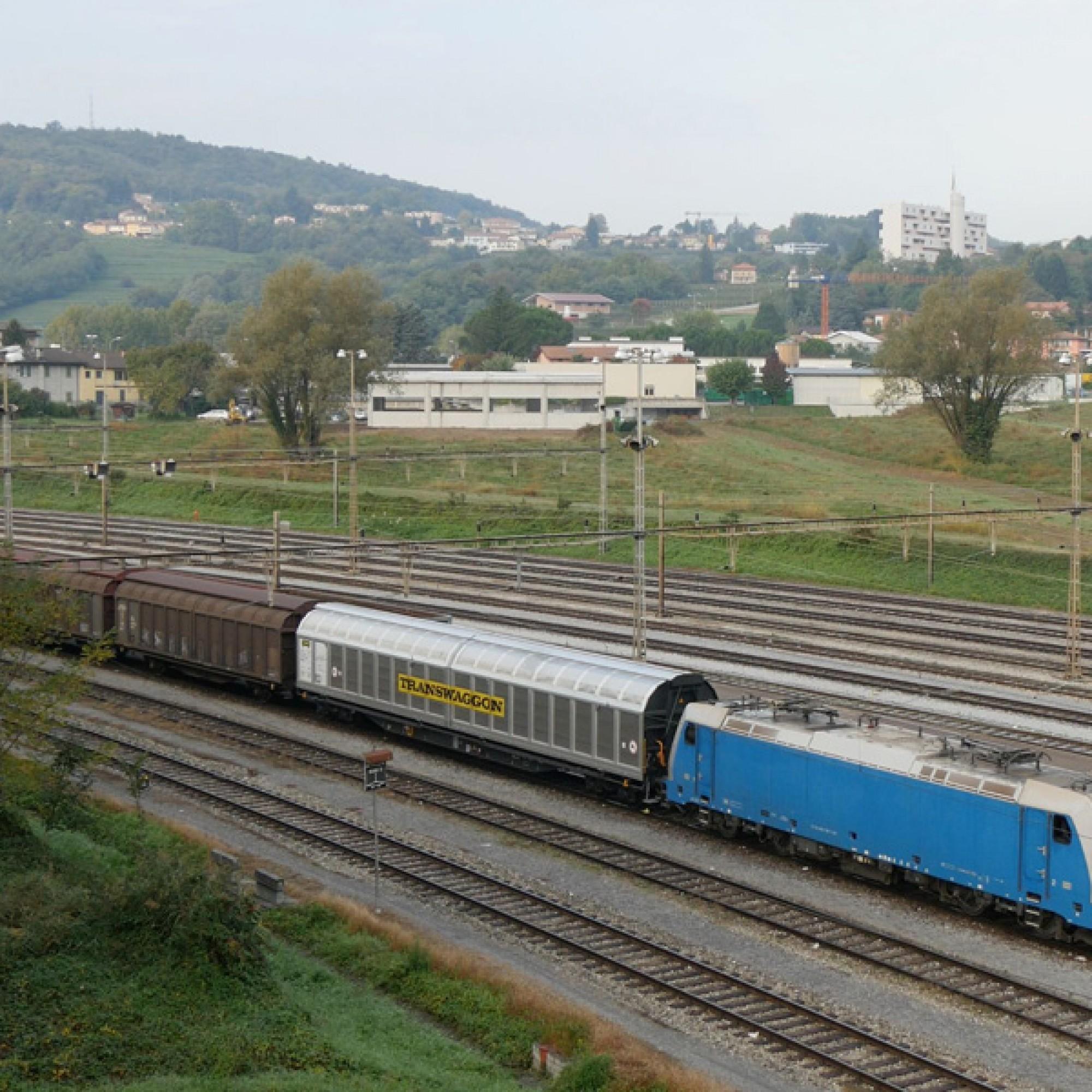 …heute fahren Züge und Autos vorbei.