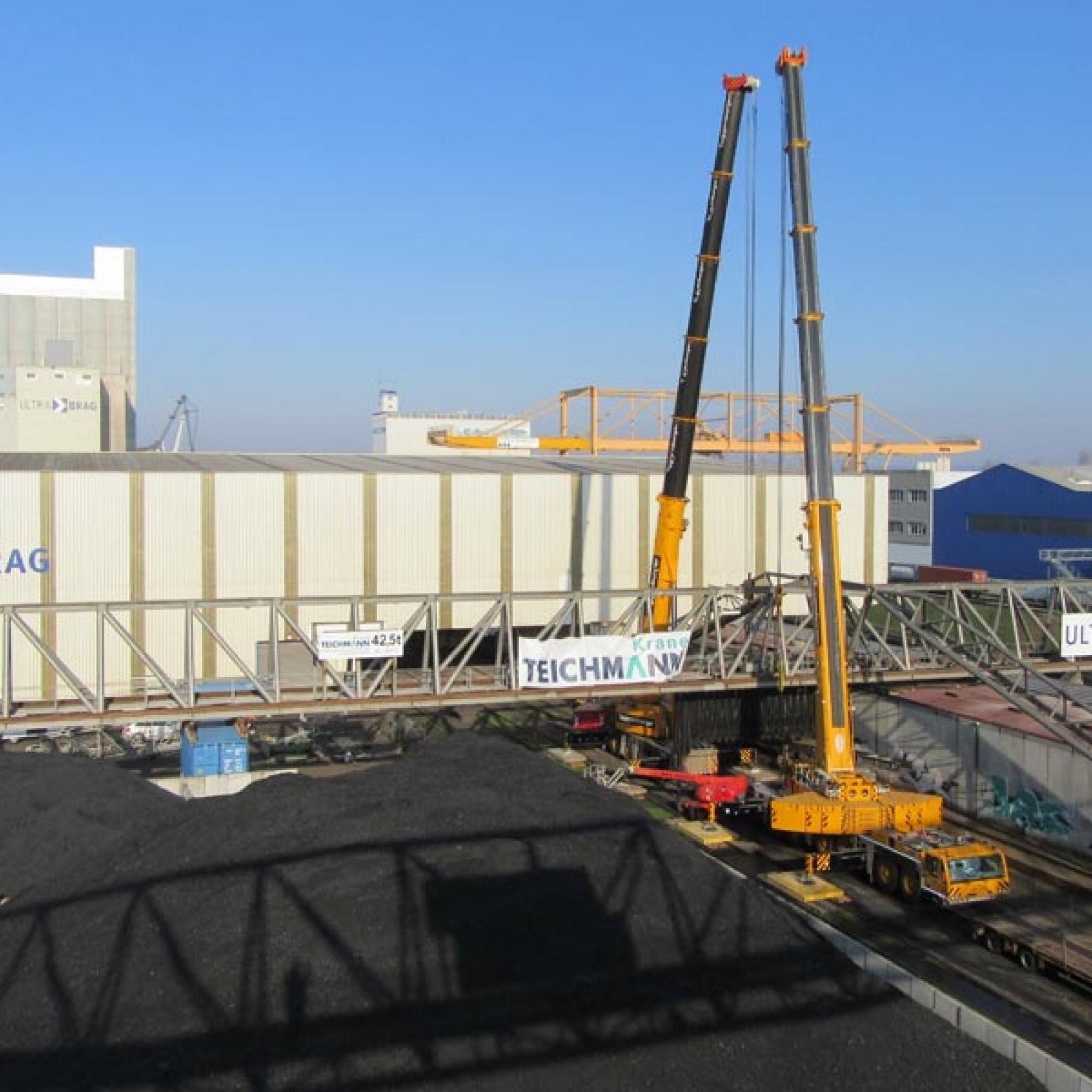Die enormen Ausmasse des Portalkrans mit 134 Metern Länge sind bereits während der Montage zu erkennen.