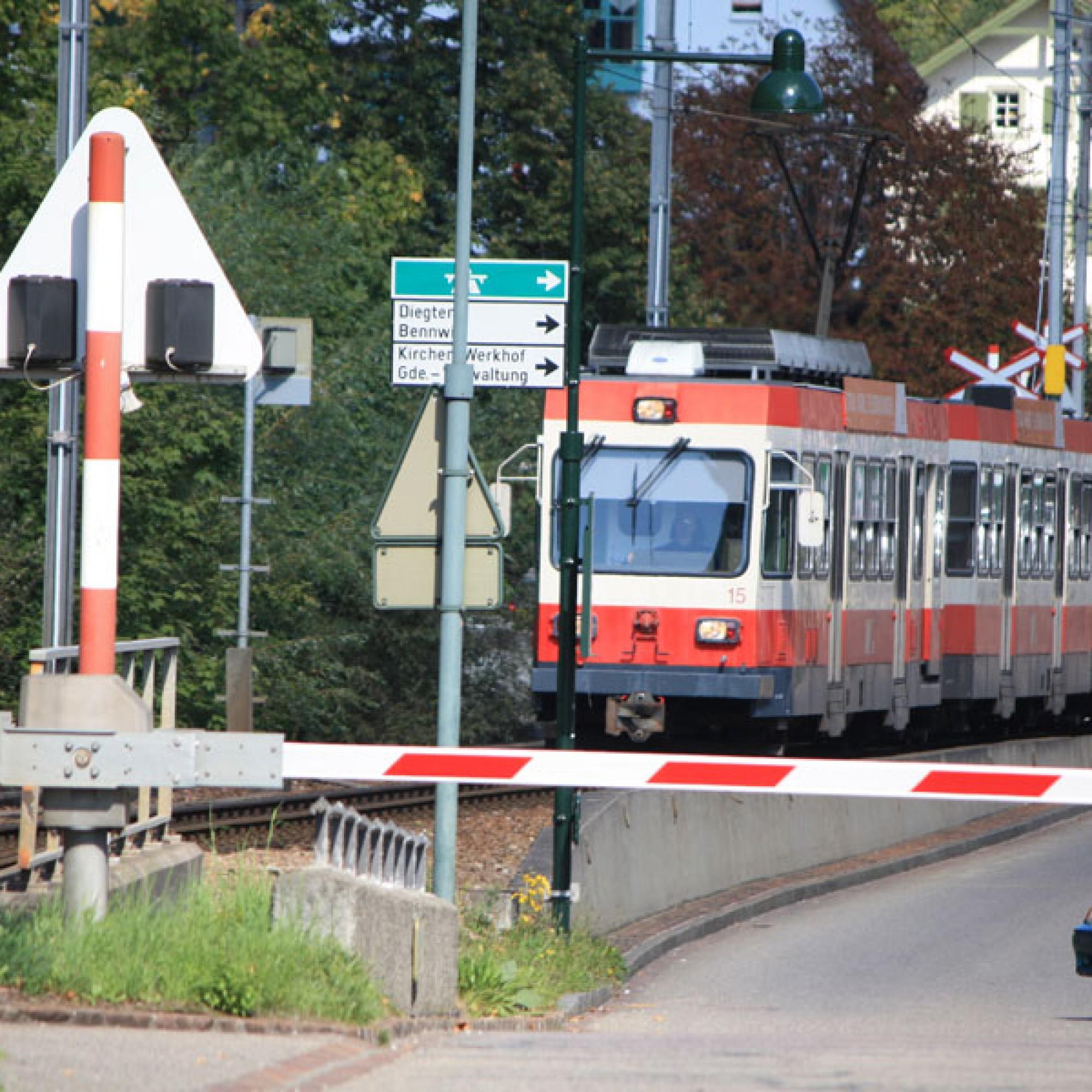 Ein Zug der Waldenburgerbahn rollt durch Hölstein BL (Markus2008, CC BY-SA 3.0, commons.wikimedia.org)