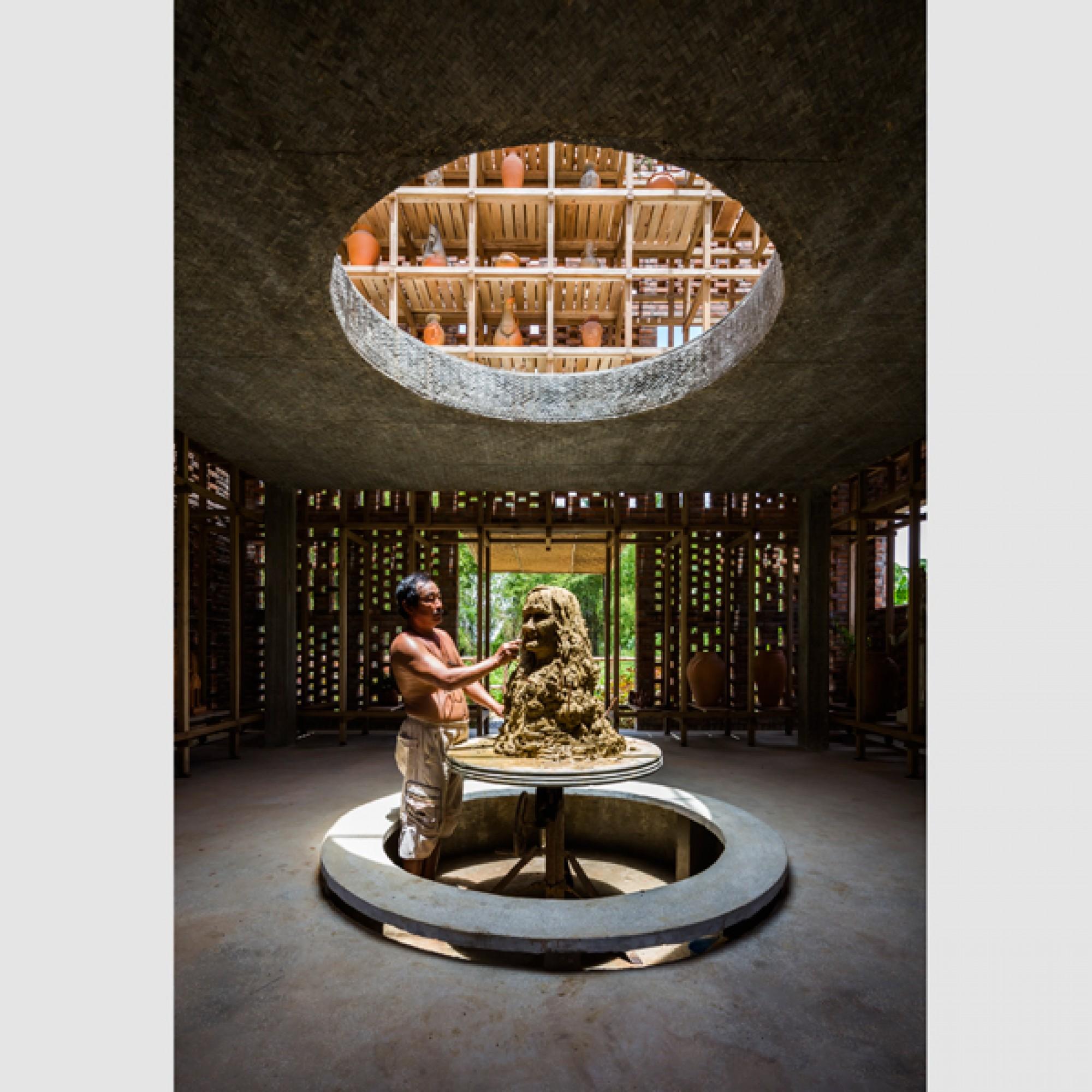 Arbeiten im kühlenden Schatten: Le Duc Ha am Werk.   (Hiroyuki Oki/zvg)