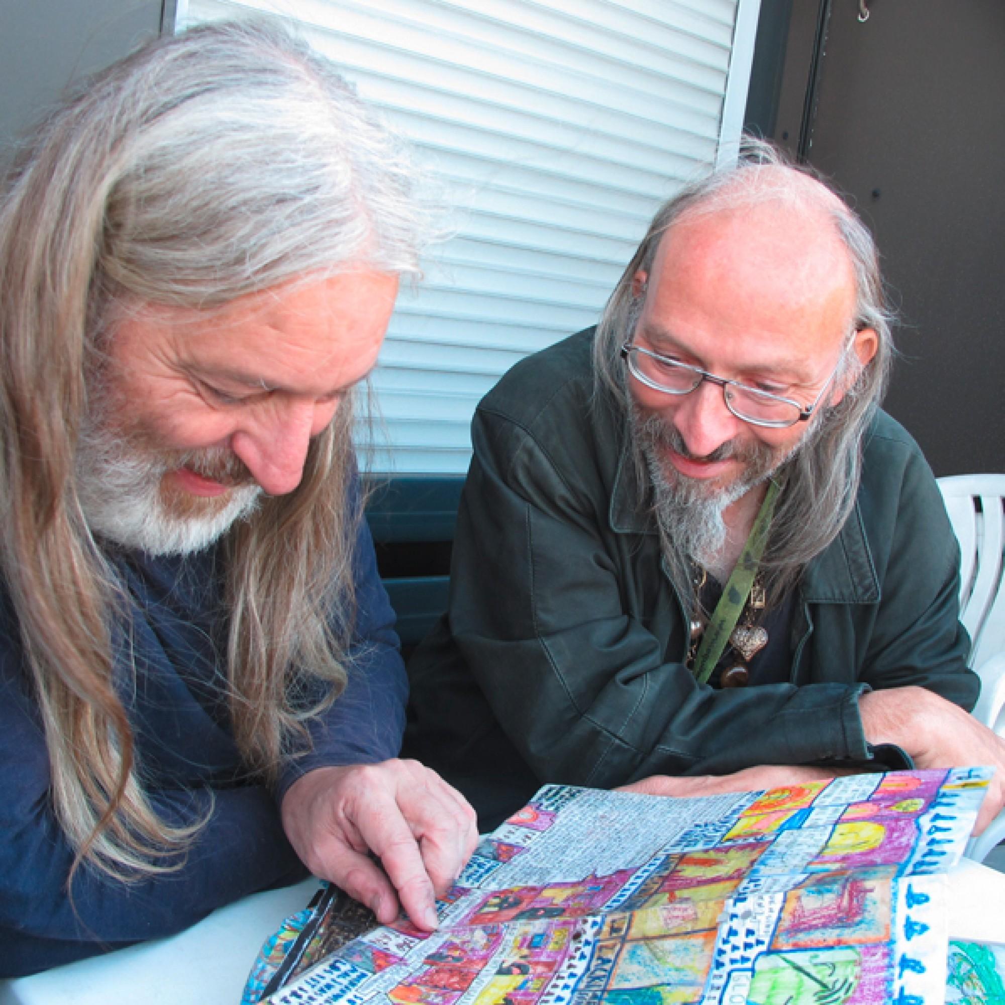 Michael Golz mit seinem Bruder Wulf beim Erzählen aus Ifichen Mem's Ferien Mappe. (Kunstmuseum Thurgau)